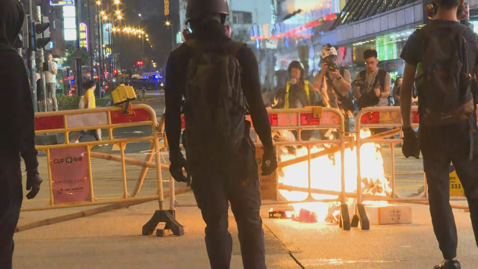 示威者彌敦道設路障縱火 防暴警察到場驅散
