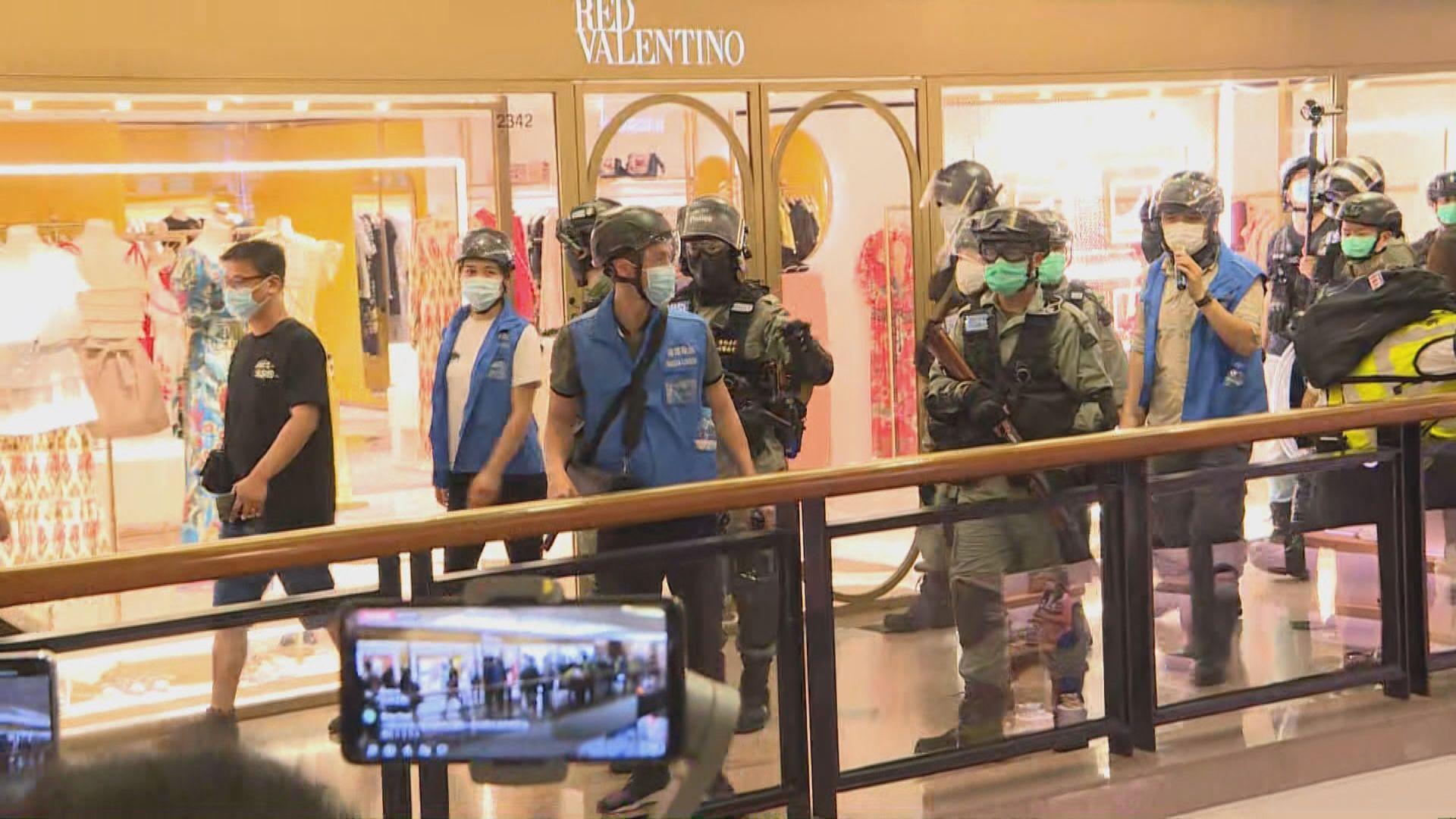大批市民在海港城唱歌叫口號 警員進入商場驅趕