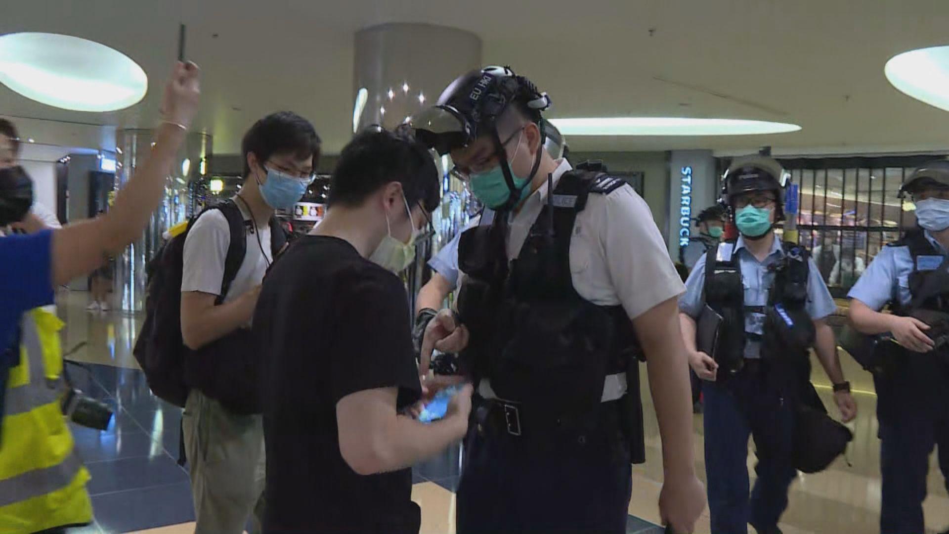 旺角新世紀廣場疑有人擲物 防暴警一度舉槍指向樓上