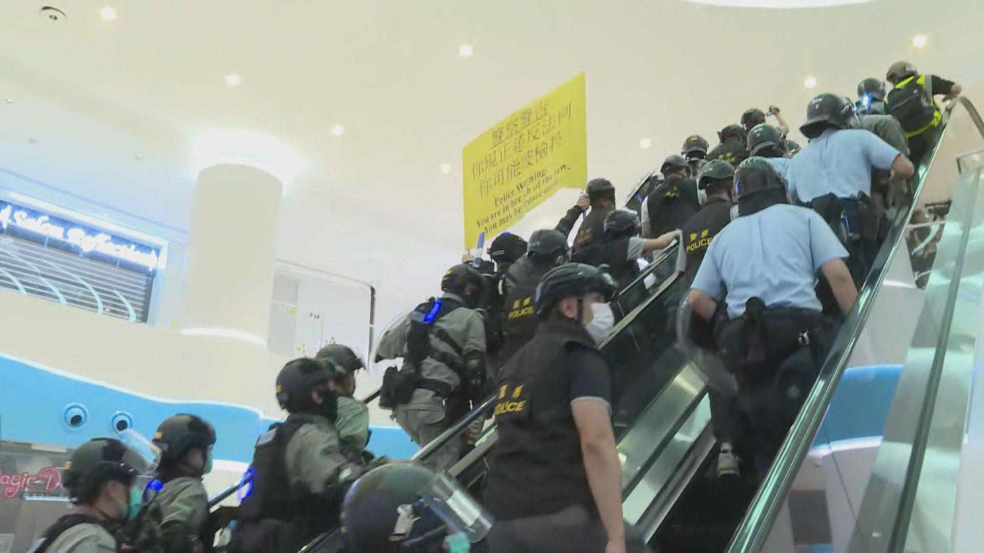 有市民在天水圍商場聚集 防暴警察在各樓層戒備