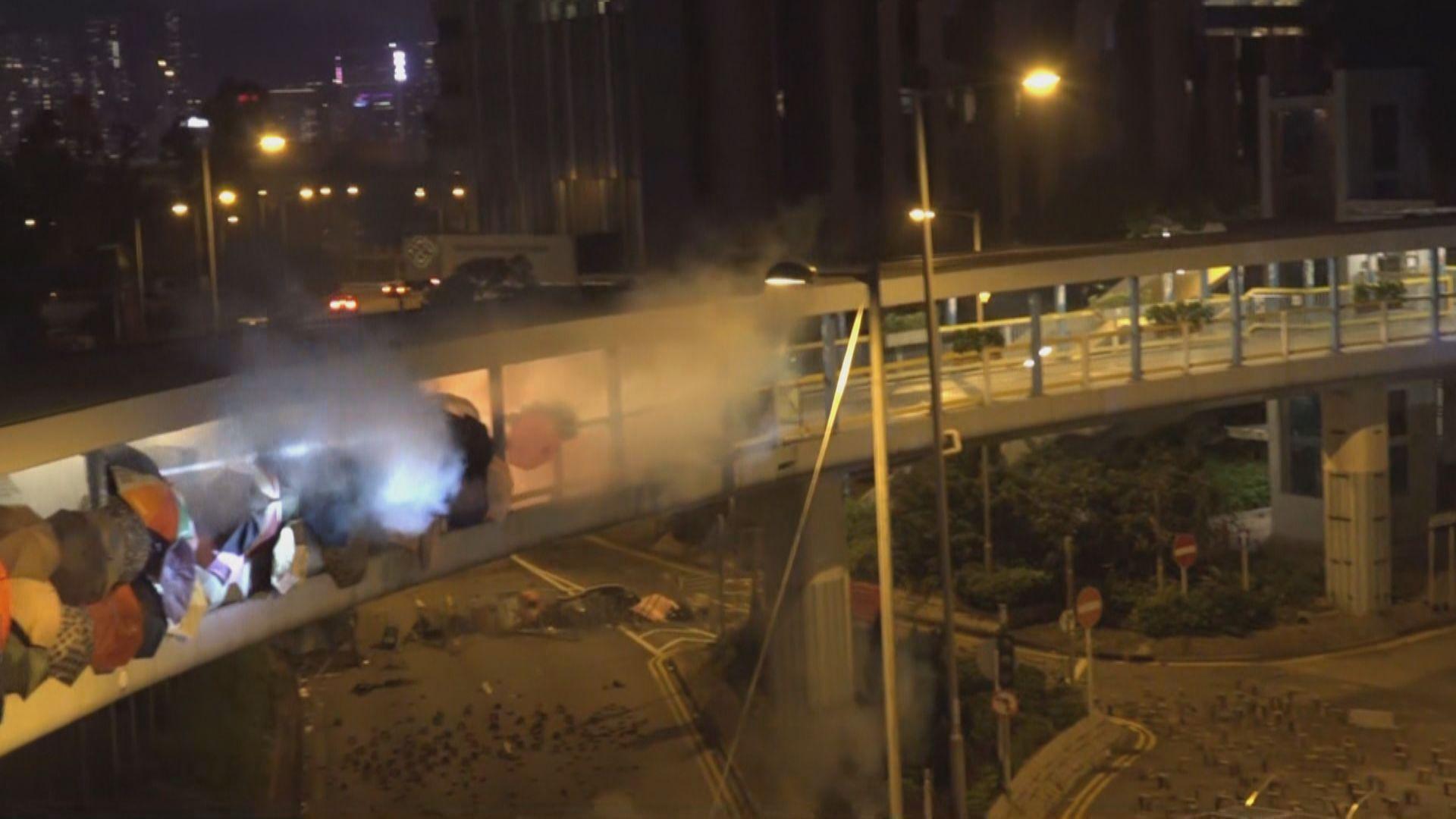 警方紅館外施發催淚彈 示威者擲汽油彈還擊