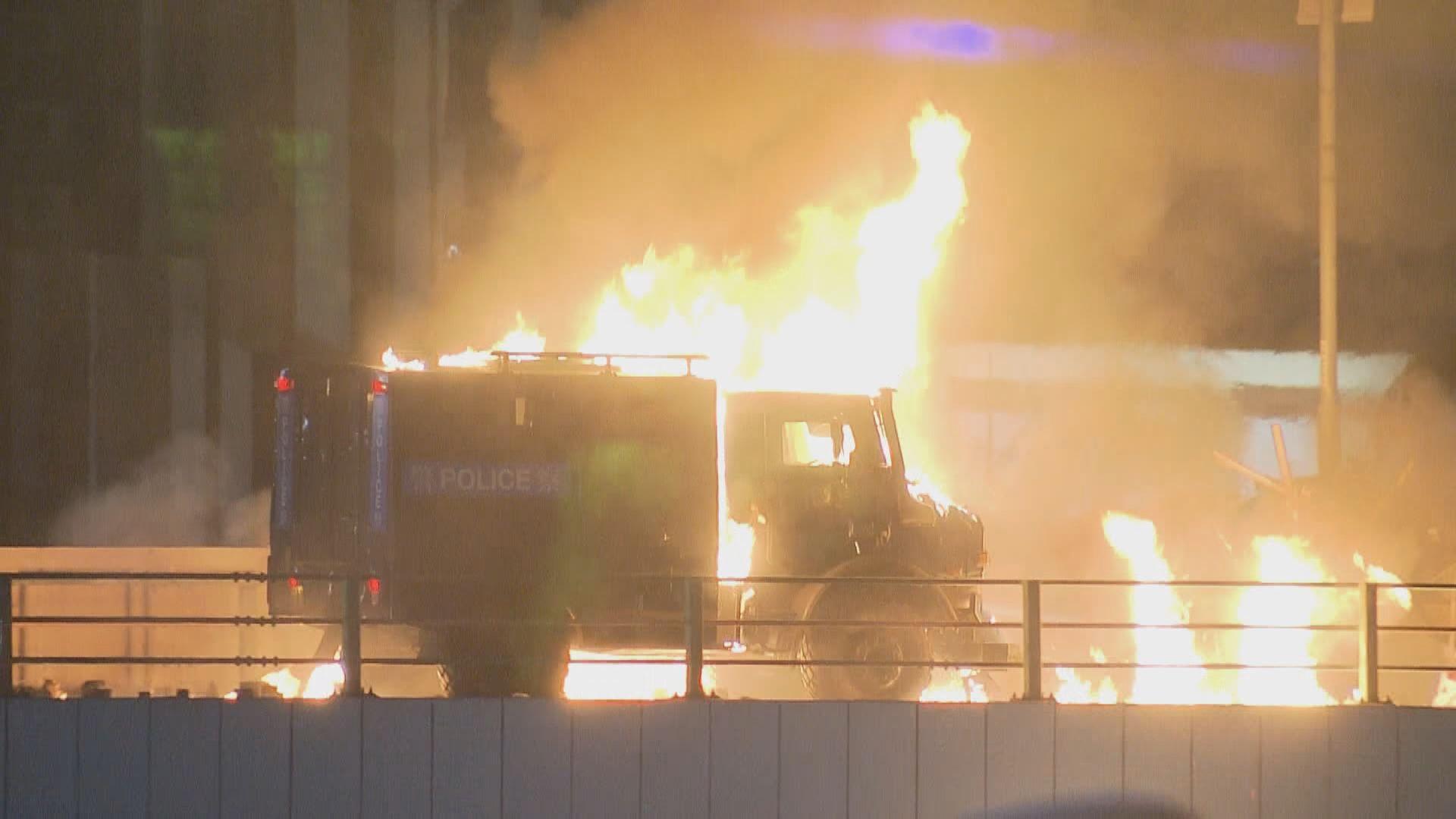 示威者在理大外天橋縱火 裝甲車一度着火