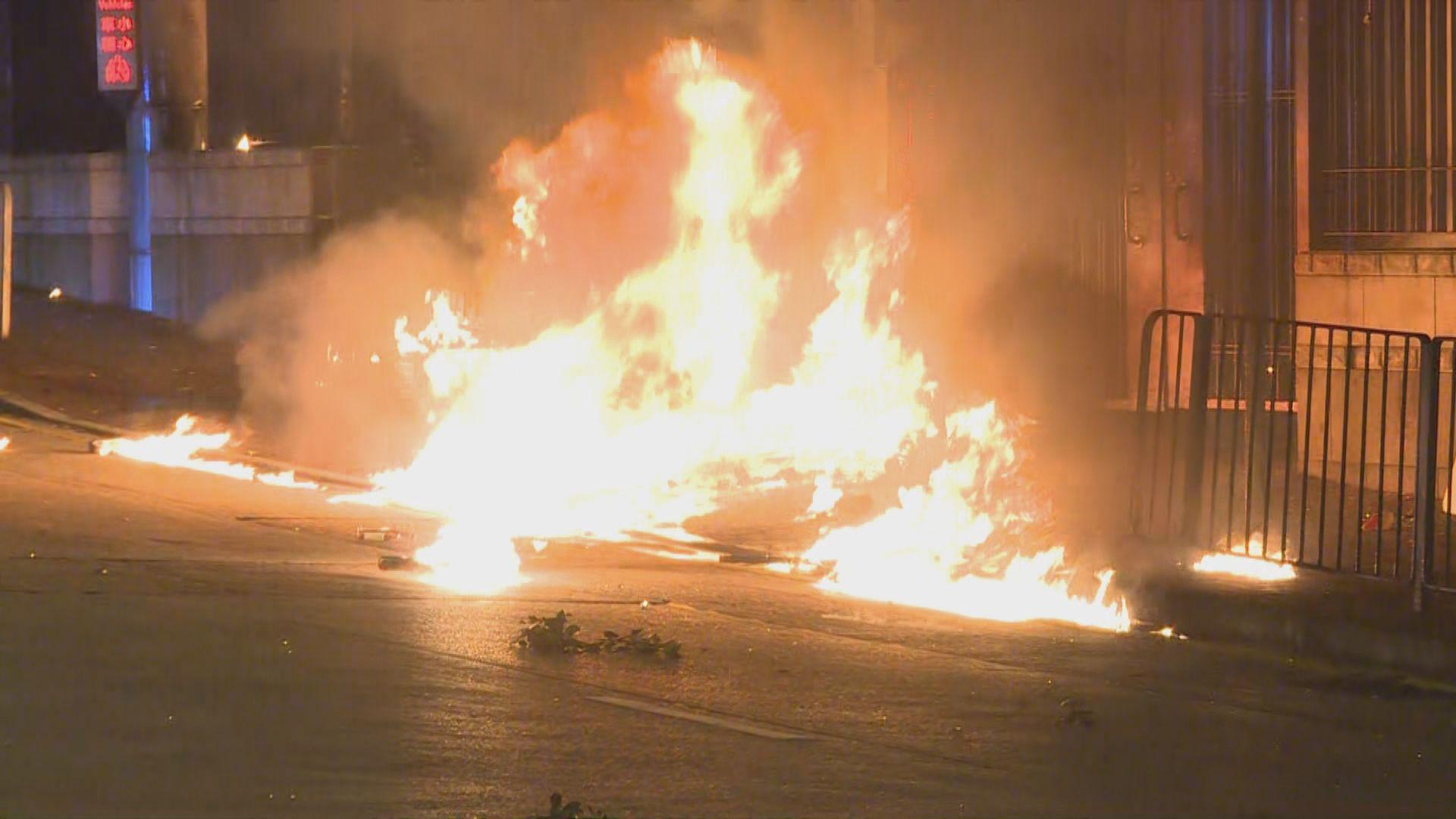 示威者荃灣堵路及縱火 警方施放催淚彈