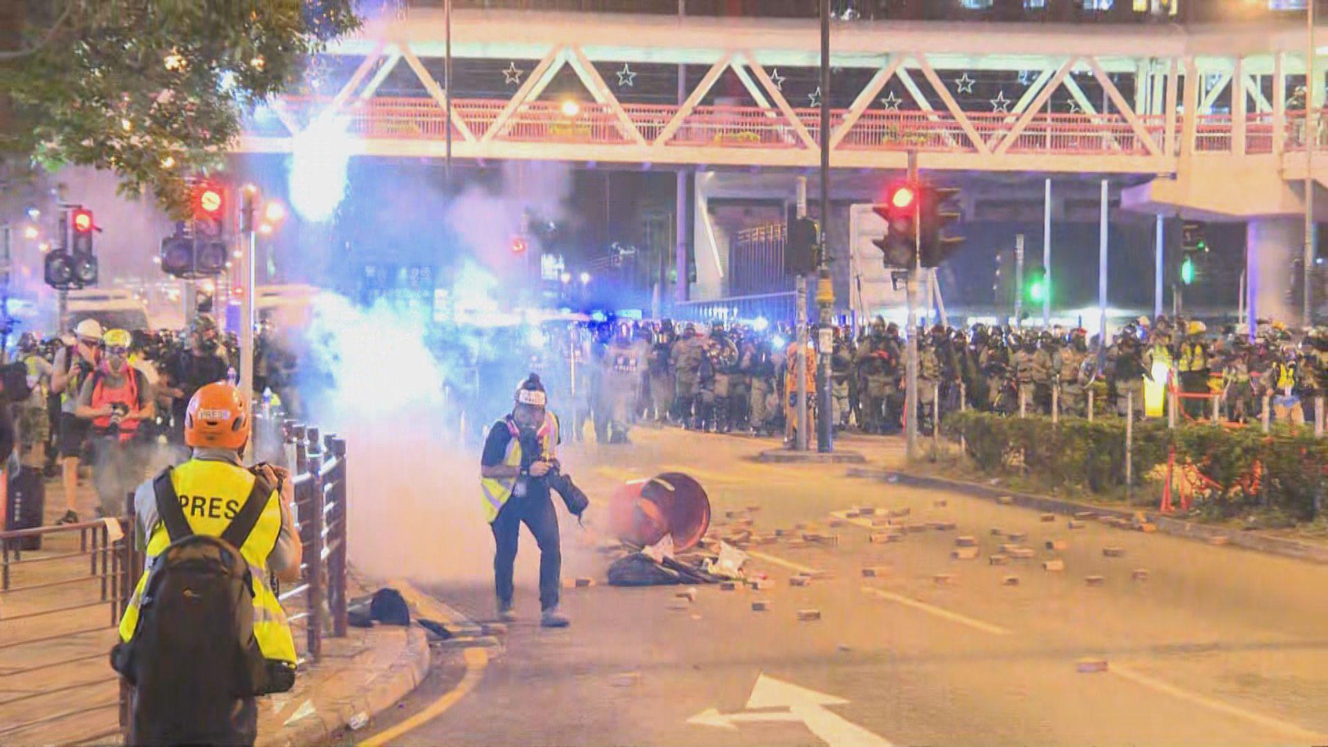 警員在沙咀道推進 期間不斷施放催淚彈驅散