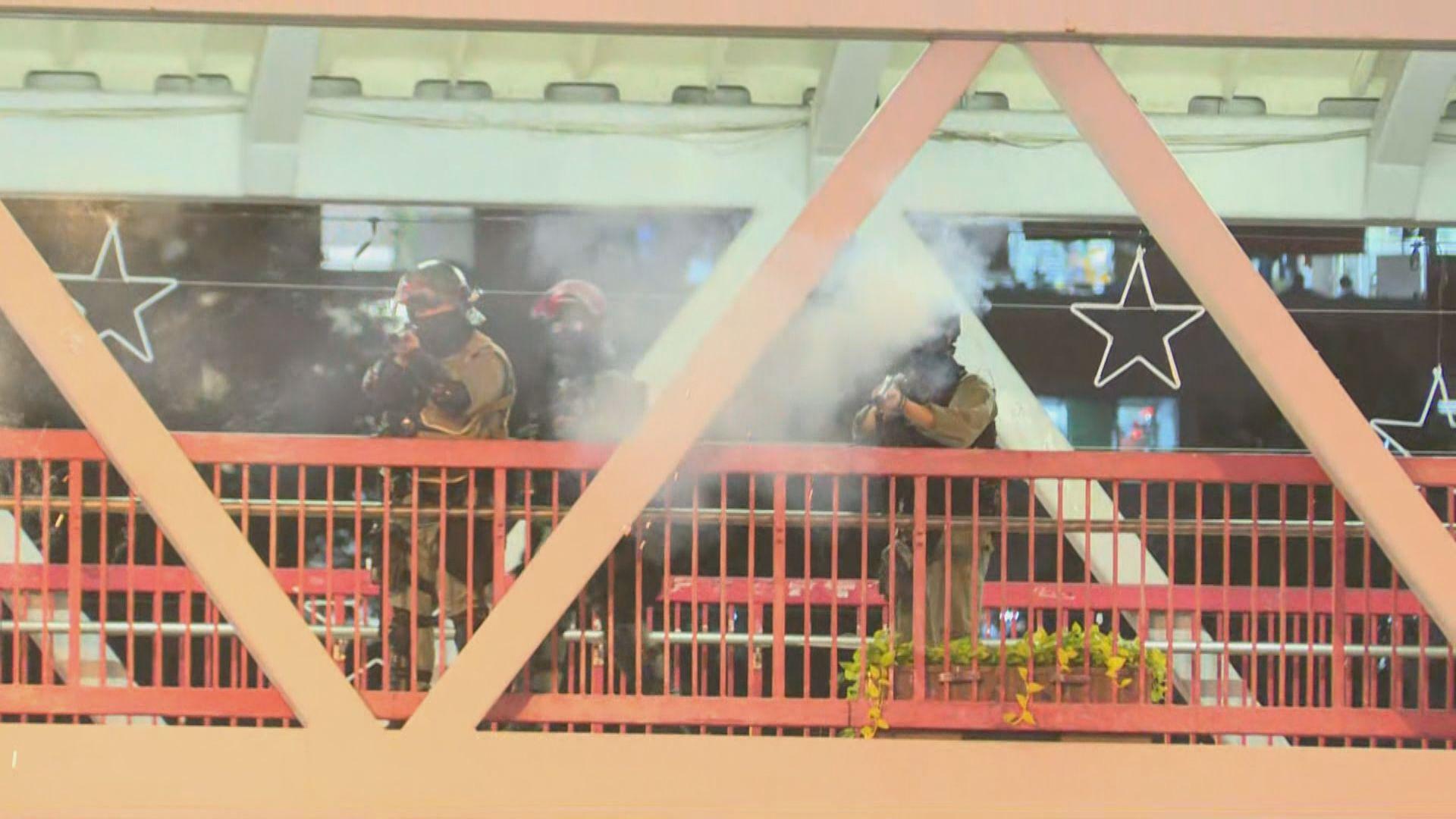 防暴警度施放催淚彈 有人被制服在地上