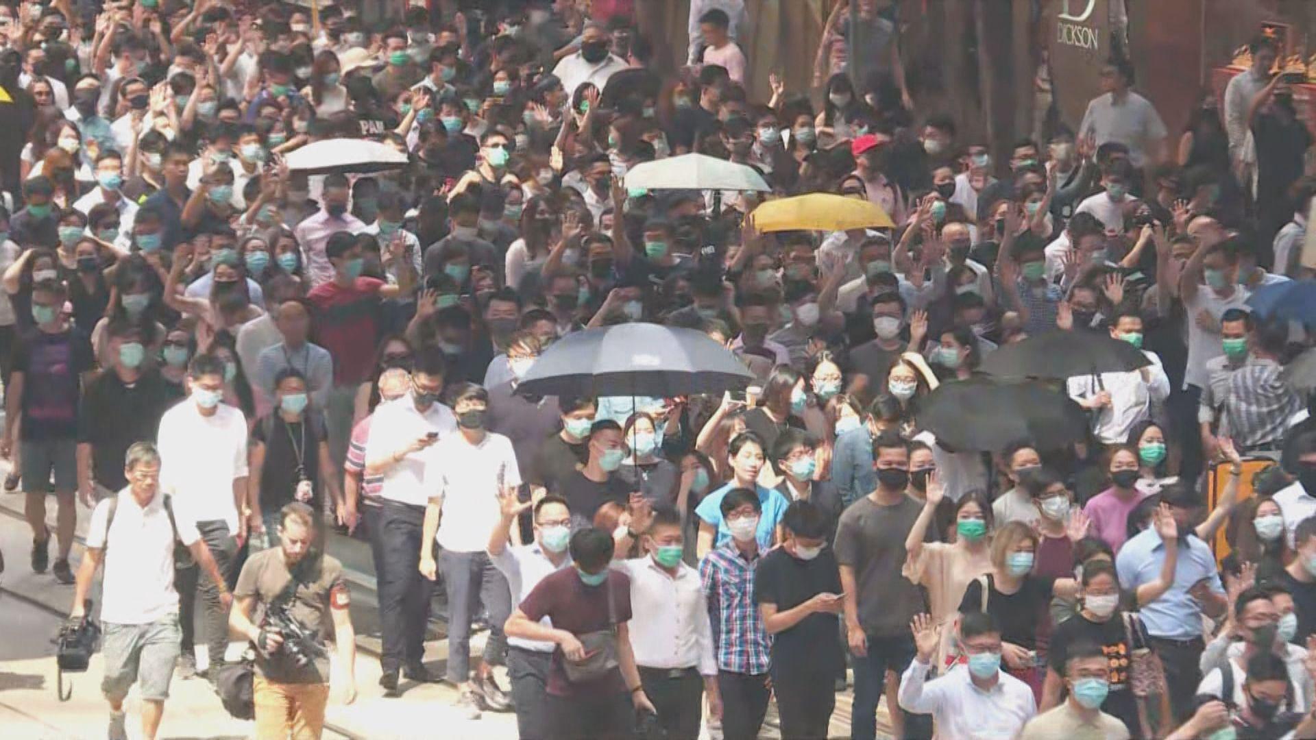 大批市民中環快閃遊行抗議立《禁蒙面法》