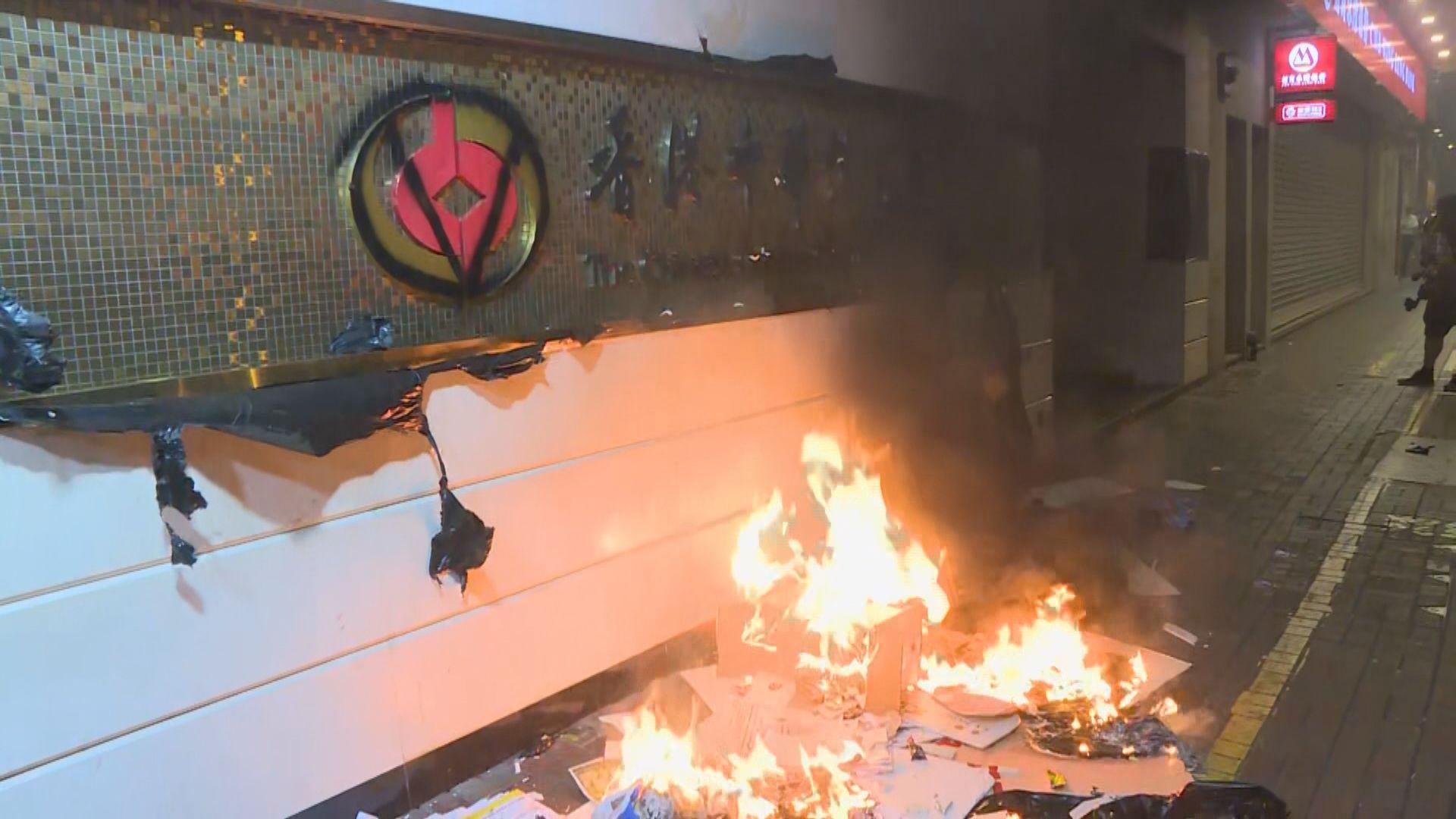 示威者在中華總商會大廈門口縱火