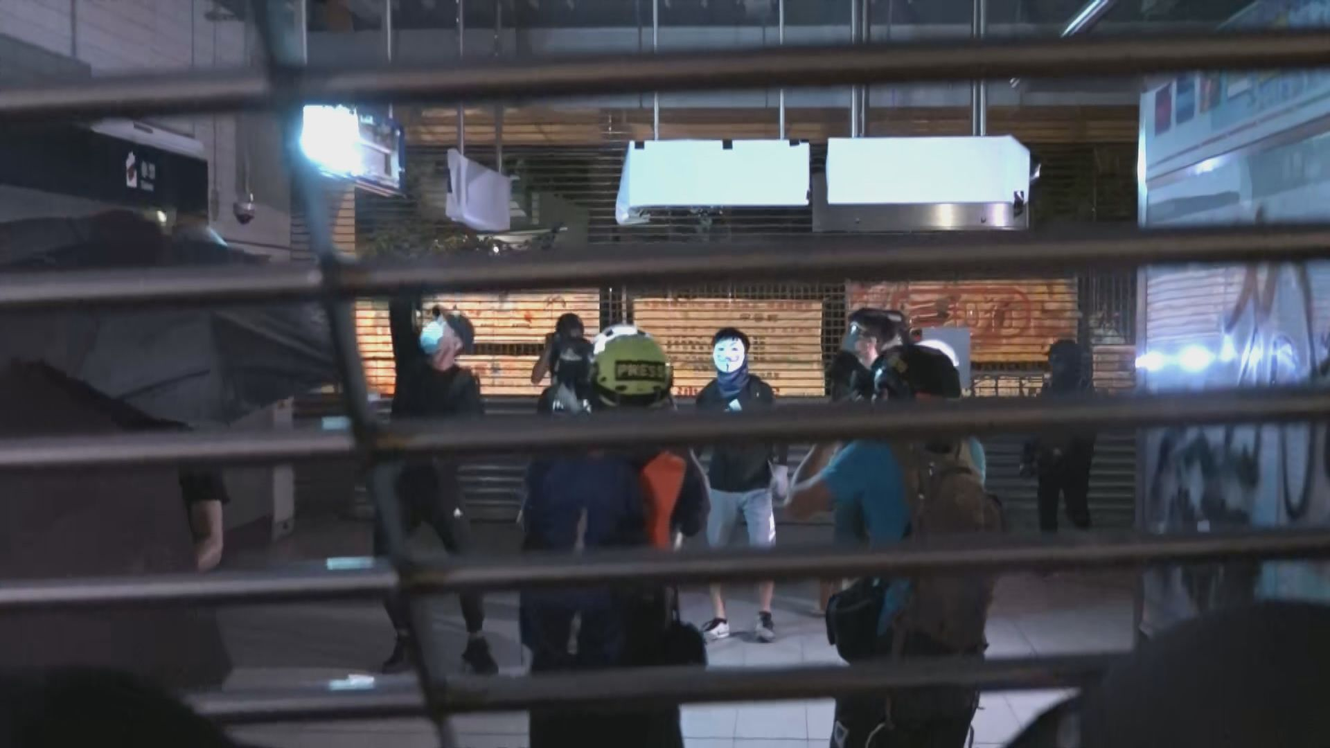 示威者周一晚多區堵路及破壞港鐵站