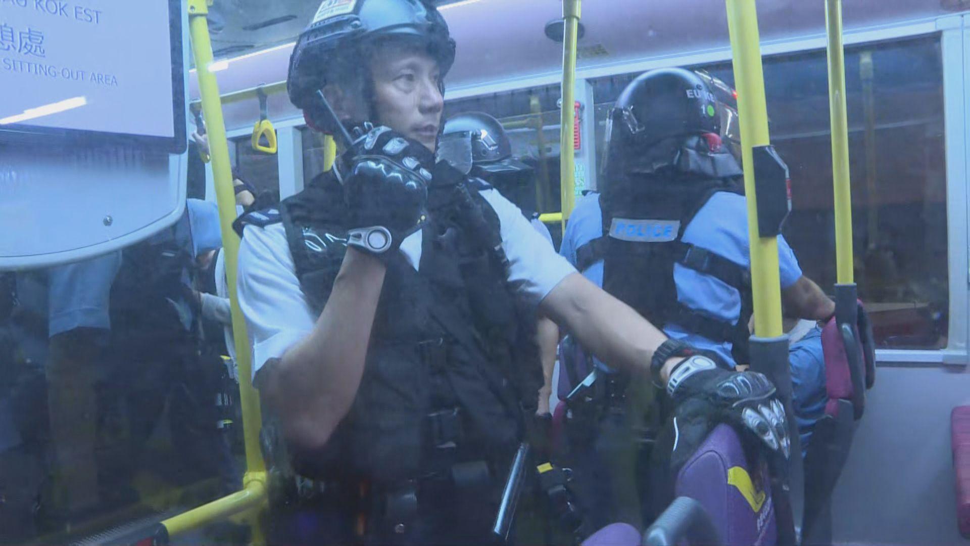 警員晚上截查載有示威者巴士