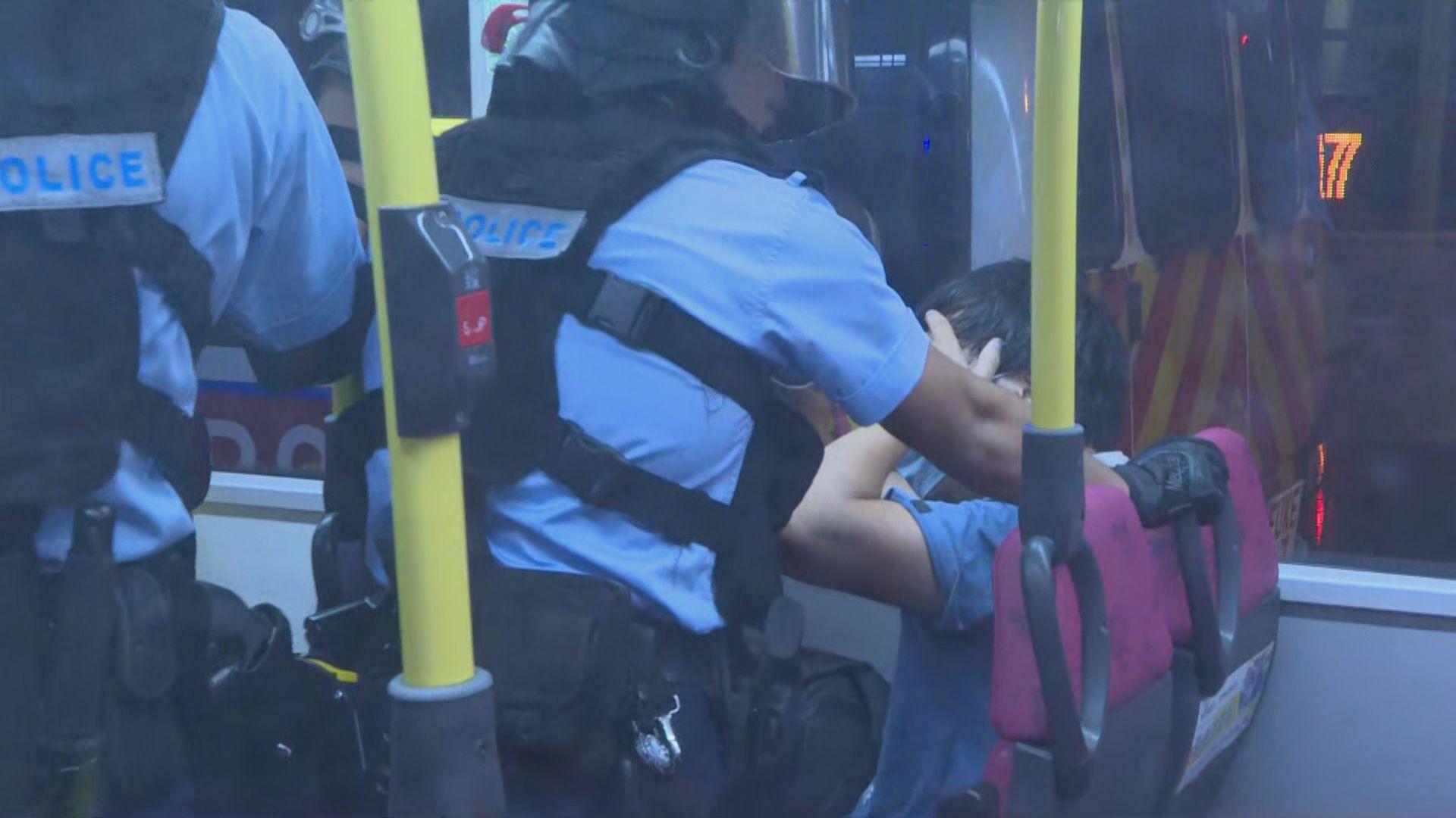 警員晚上截查載有示威者巴士 帶走二十人