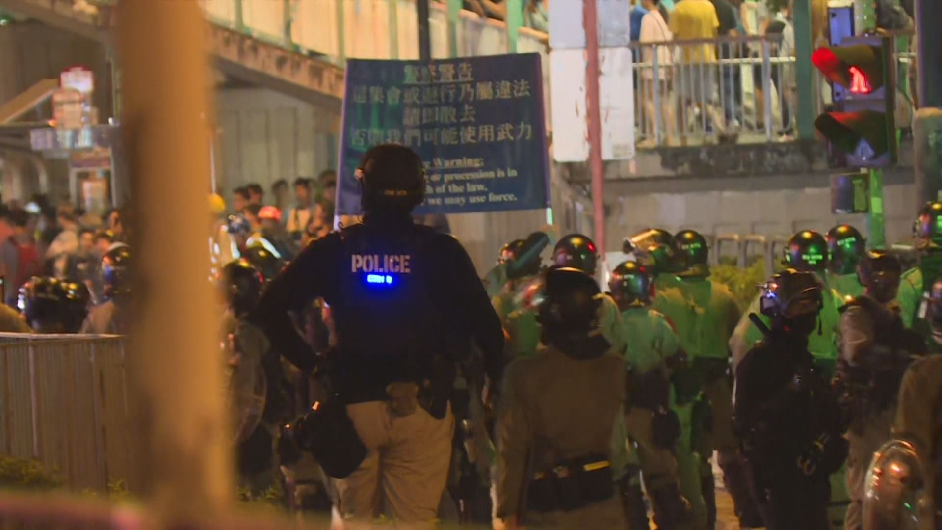 大批人元朗聚集 警方制服一名戴口罩男子