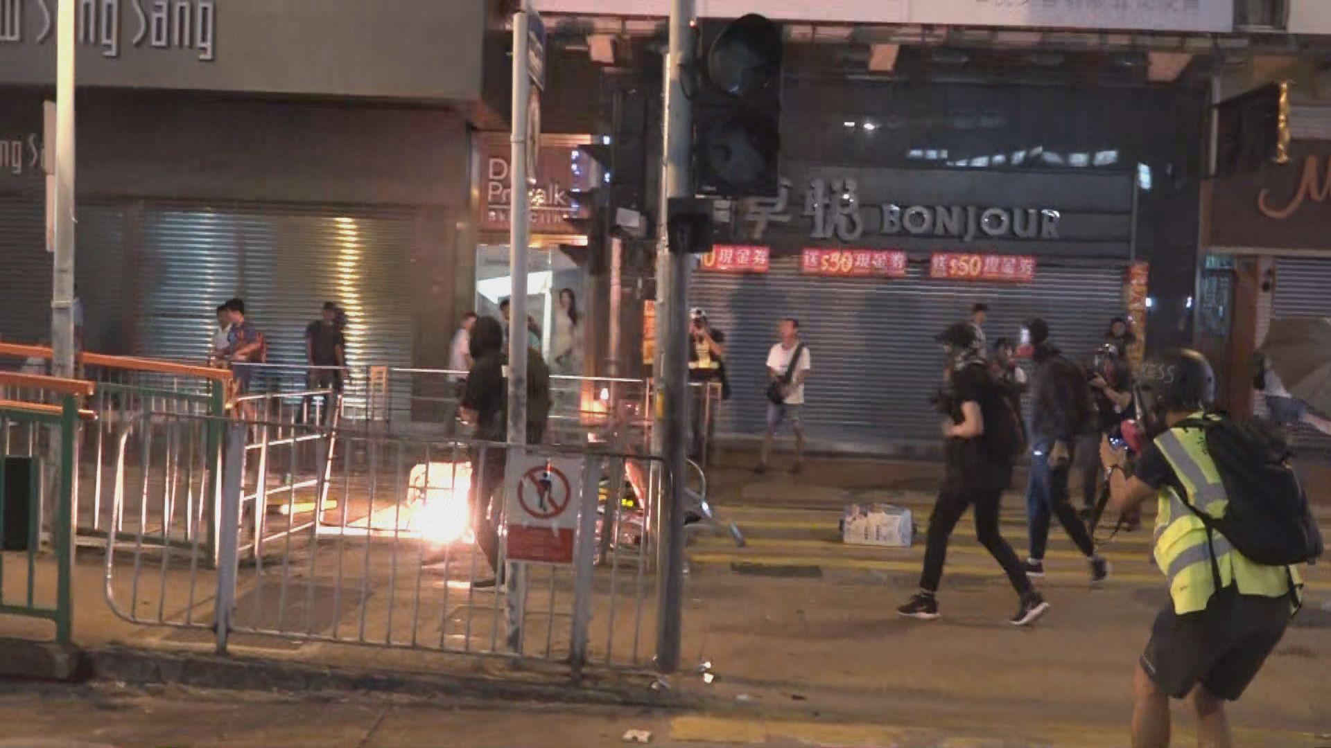 示威者元朗投擲汽油彈 警放催淚彈驅散