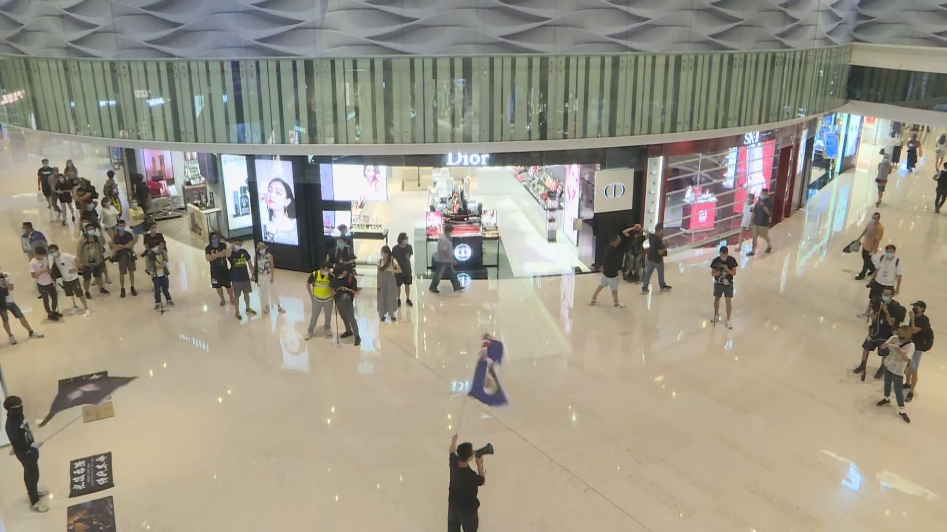 721元朗襲擊發生十一個月 有人在商場聚集