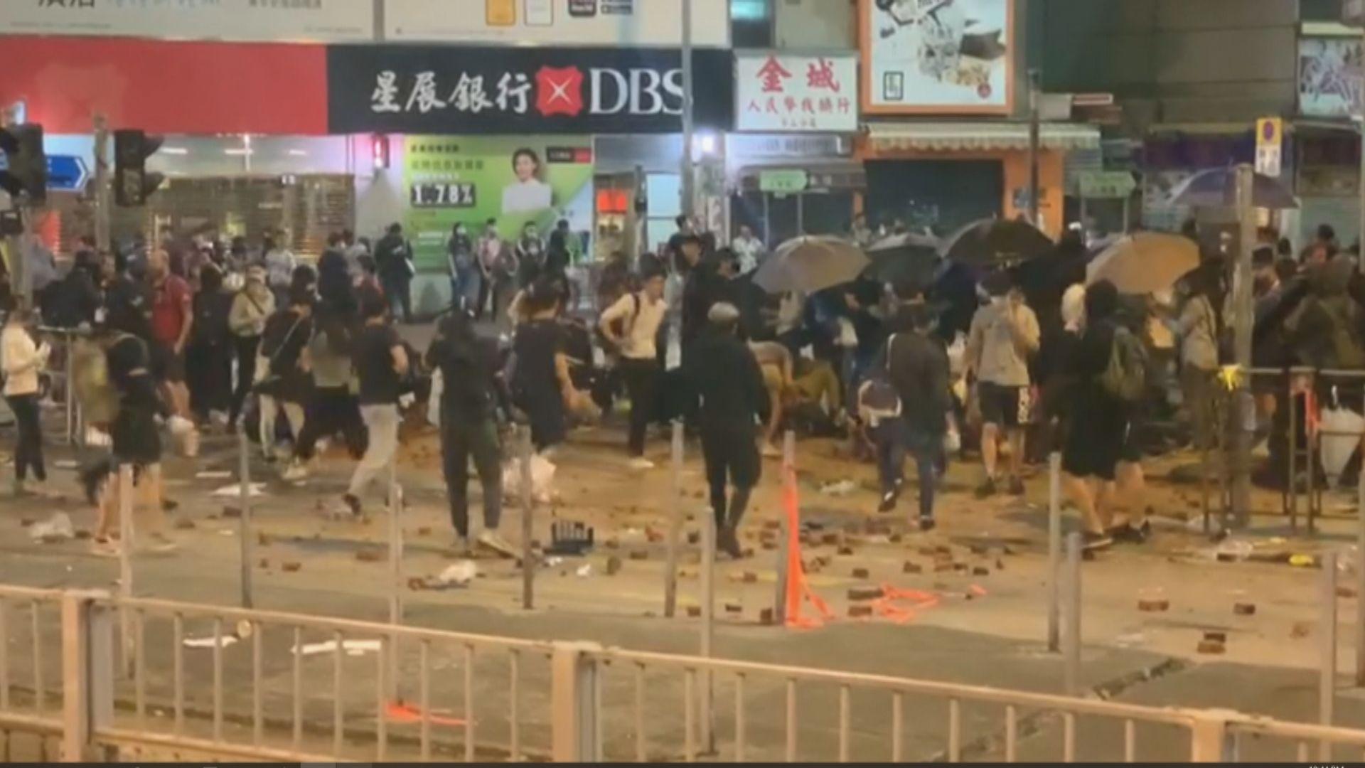 元朗大馬路示威者堵路及破壞交通燈