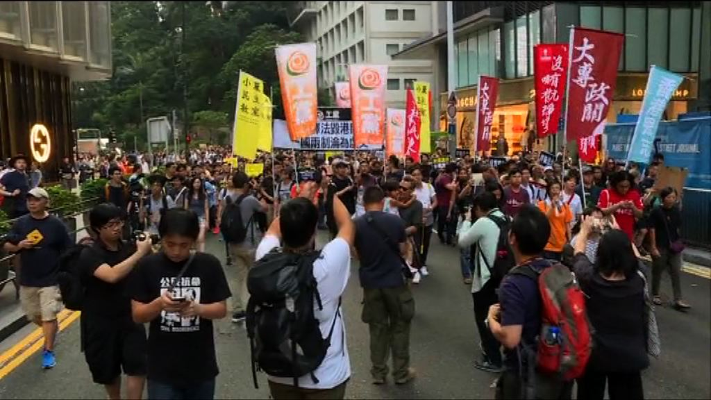 遊行改往中聯辦 警方舉黃旗警告
