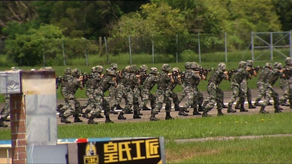 解放軍軍營開放 展出多款軍事裝備和武器