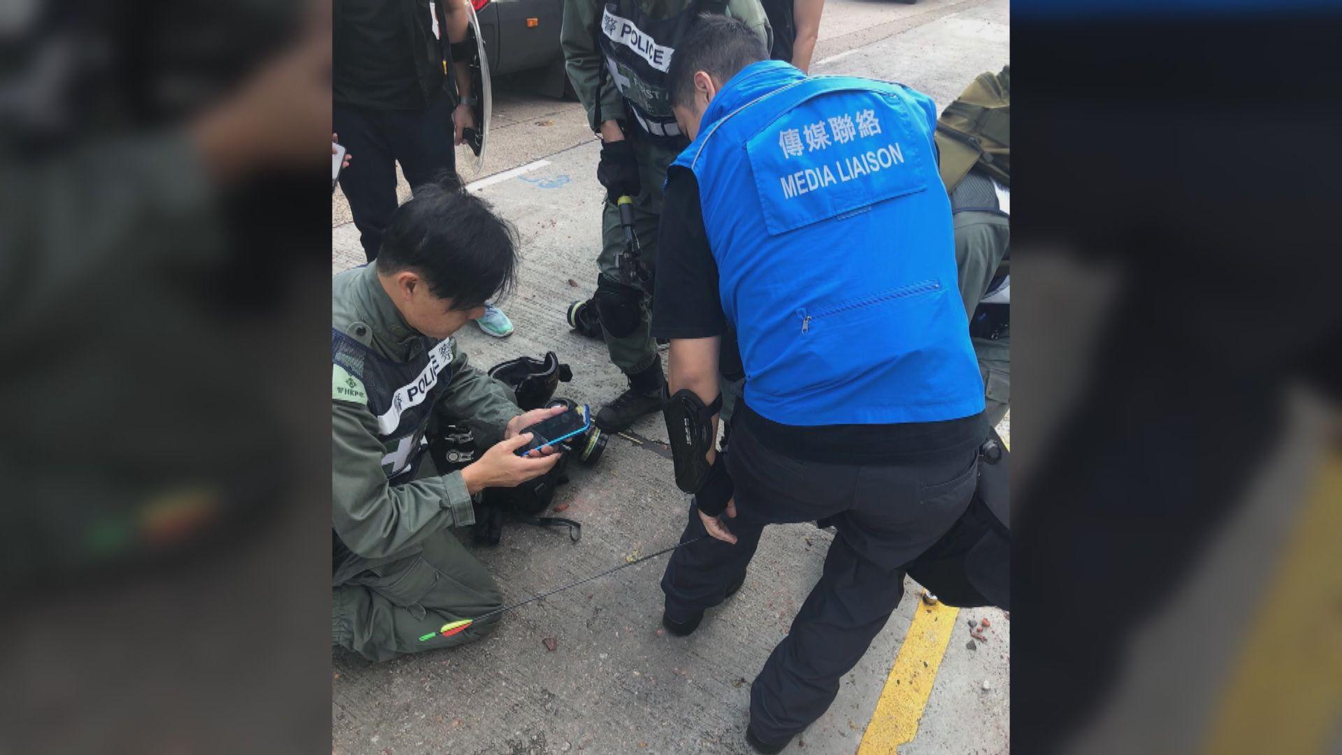 警方指有傳媒聯絡隊員在理大外被箭射中小腿