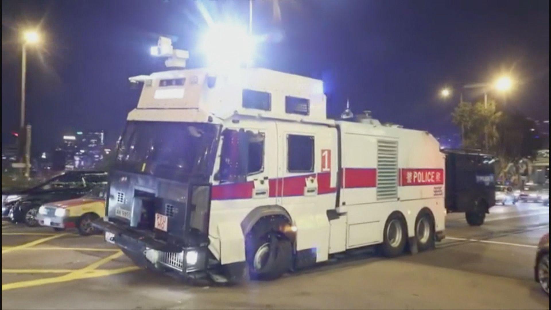警方水炮車及裝甲車均有車胎爆裂