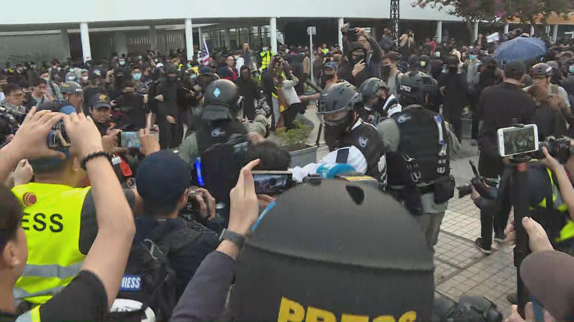 警方解釋警員向市民擎槍因襲警者走入人群