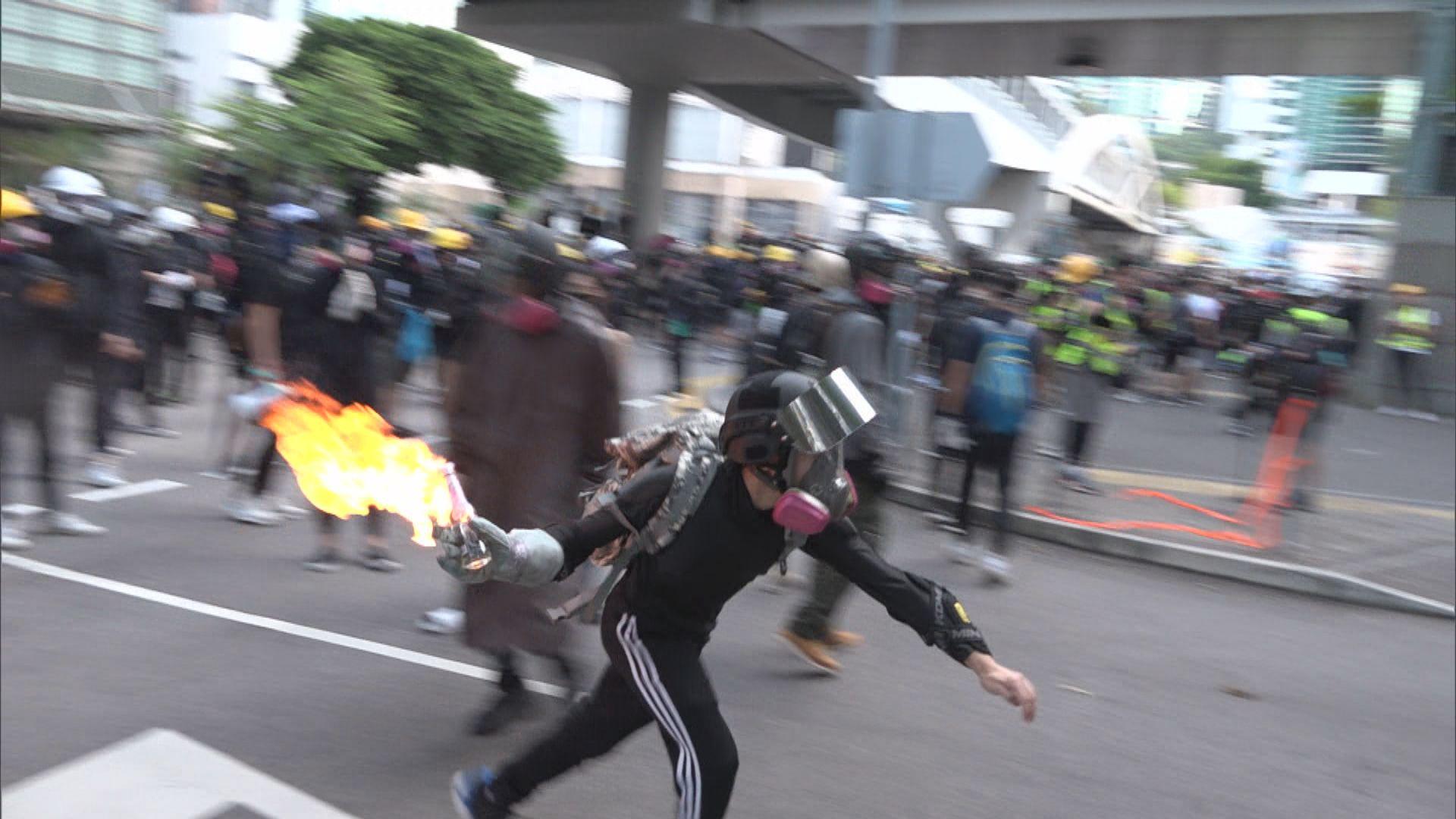 警方指示威者擲汽油彈 交通警曾拔槍示警
