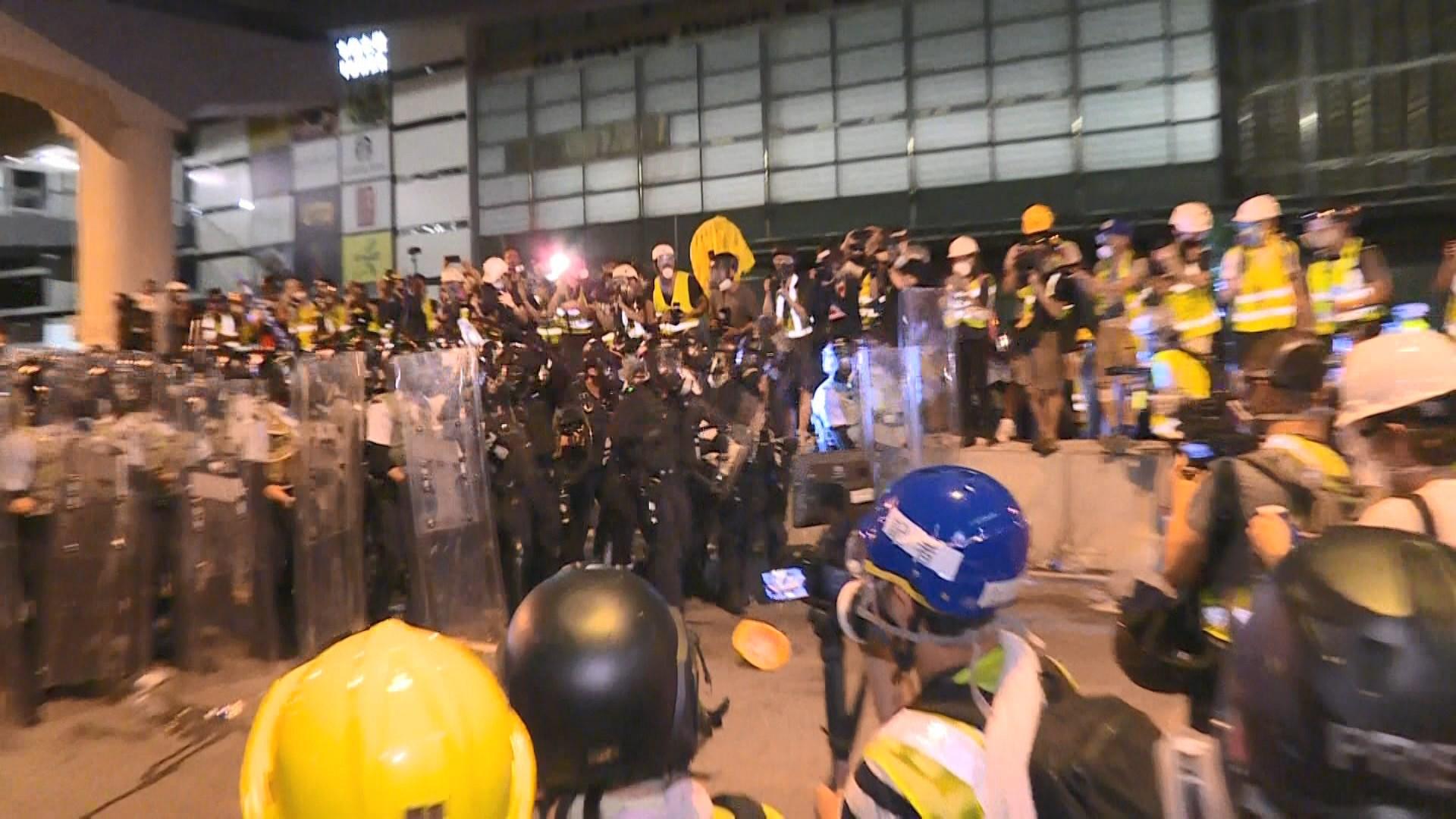 示威者自行離開立會金鐘一帶不消一小時清場
