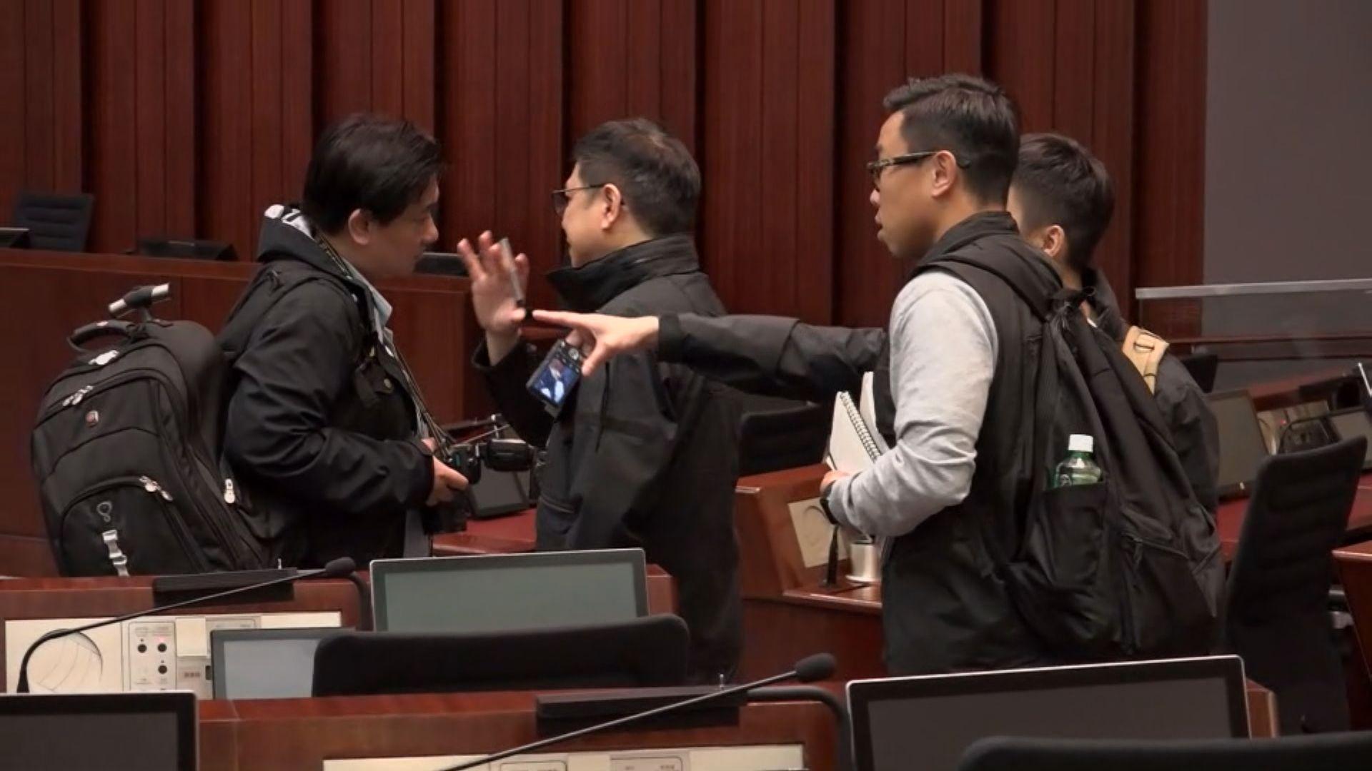 許智峯報稱受襲 警方進入立法會搜證