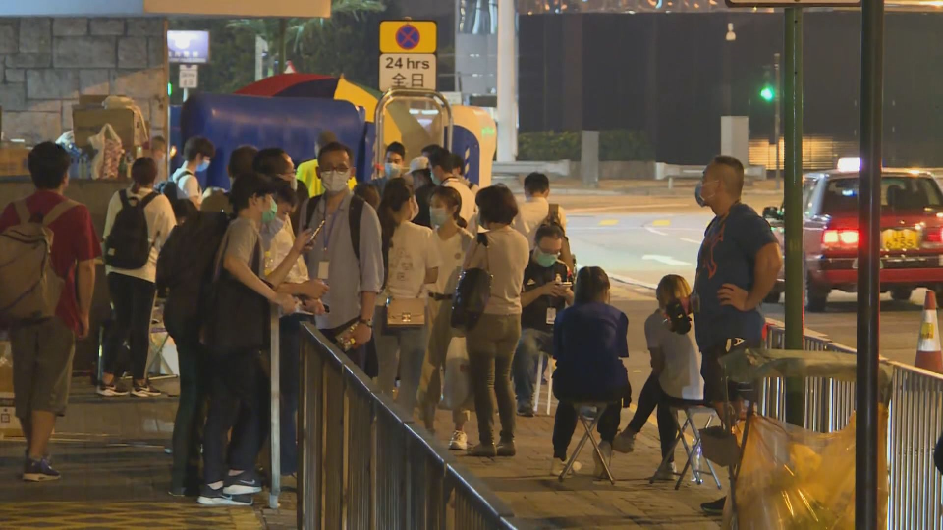 被捕者家屬凌晨到北角警署 等候親人獲釋