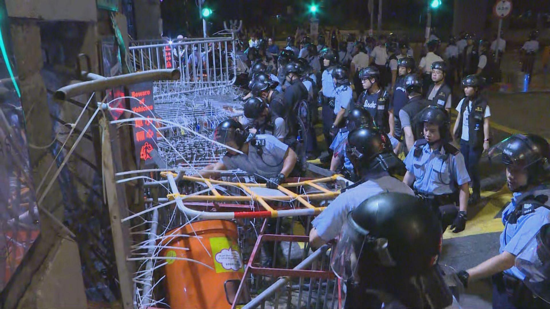 警方凌晨移走堵塞警總外障礙物