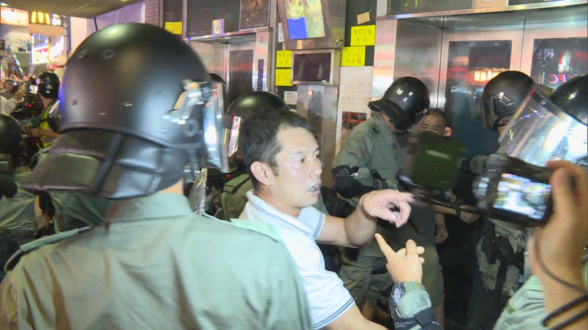 北角炮台山打鬥警拘29人 包括持摺凳男子