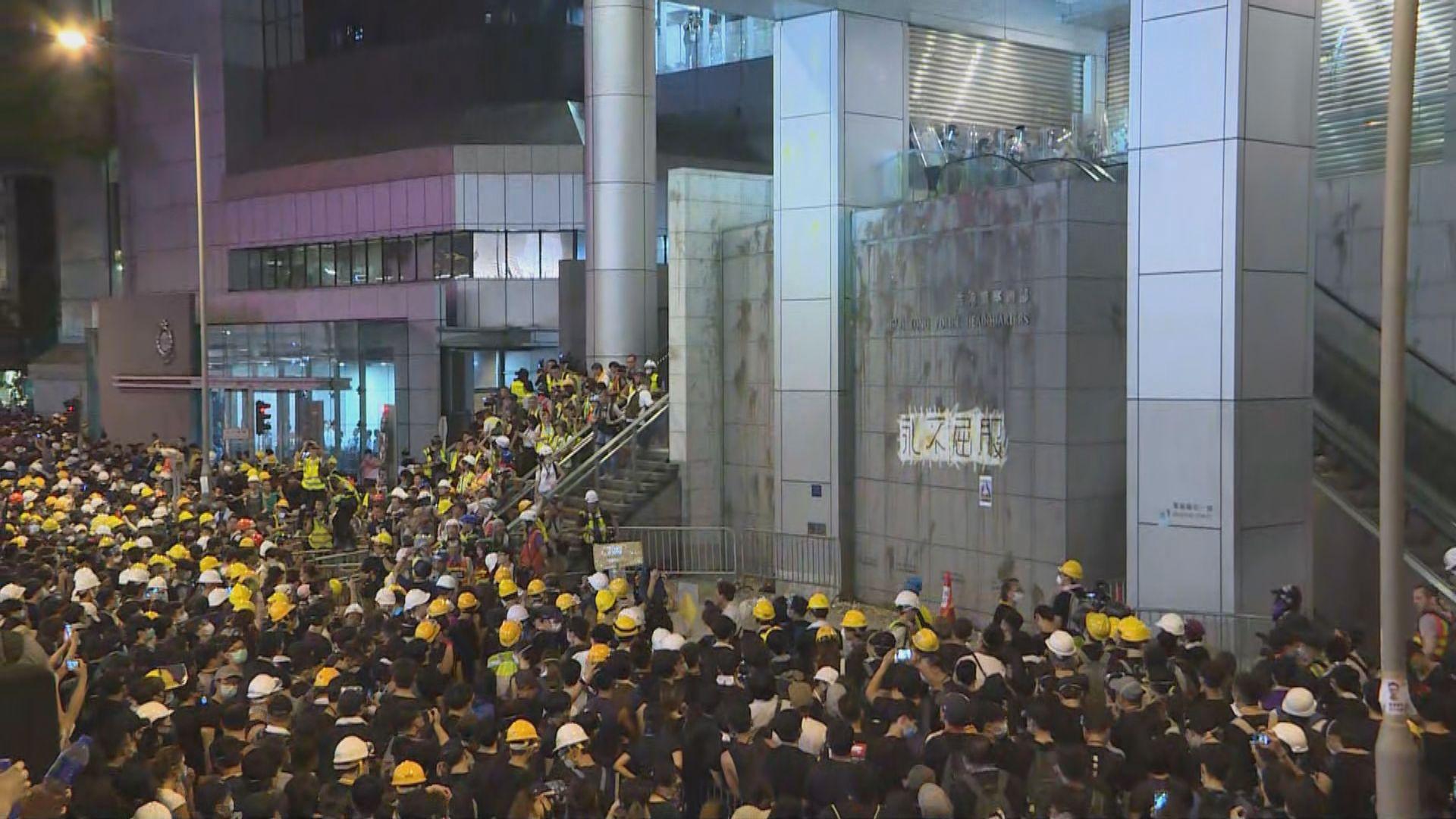 警方嚴厲譴責示威者包圍警察總部