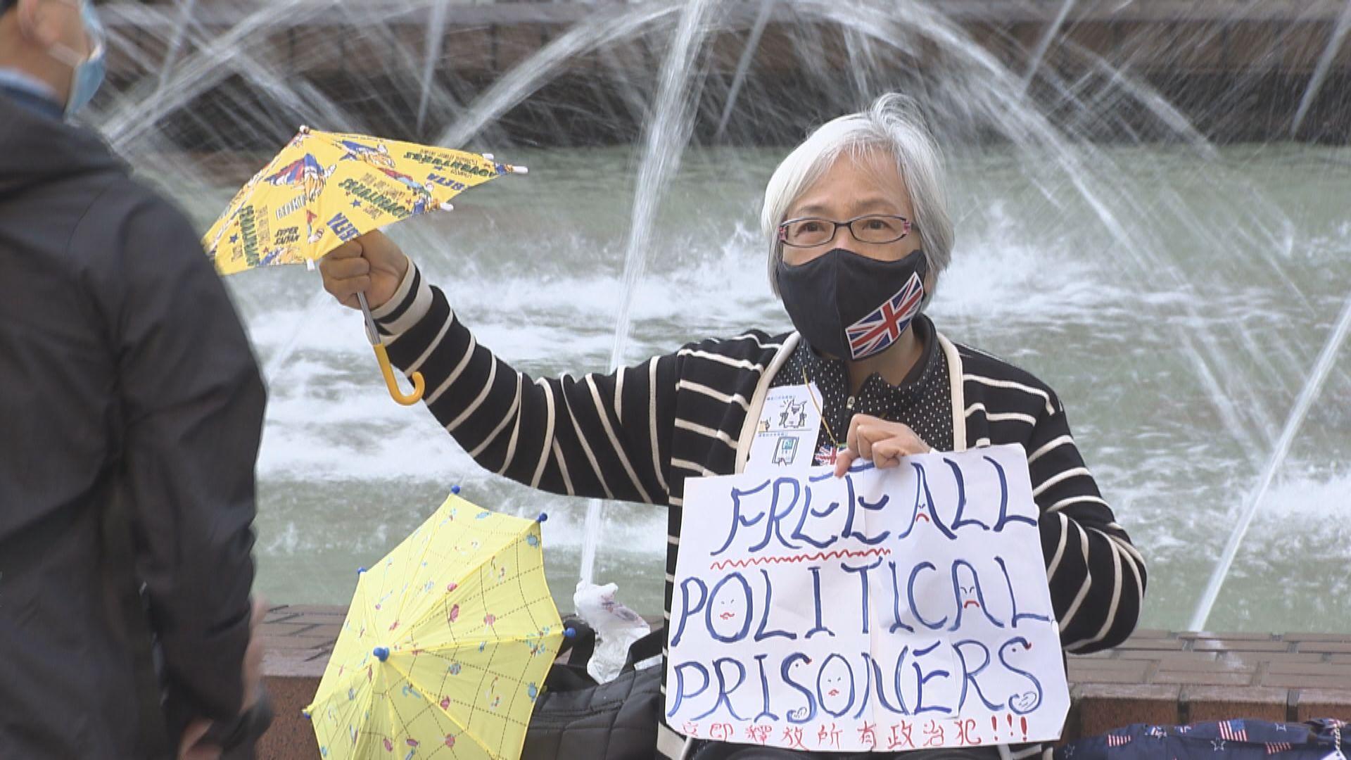 65歲女子在修頓舉標語叫口號涉非法集結被捕 據了解是人稱「王婆婆」的王鳳瑤