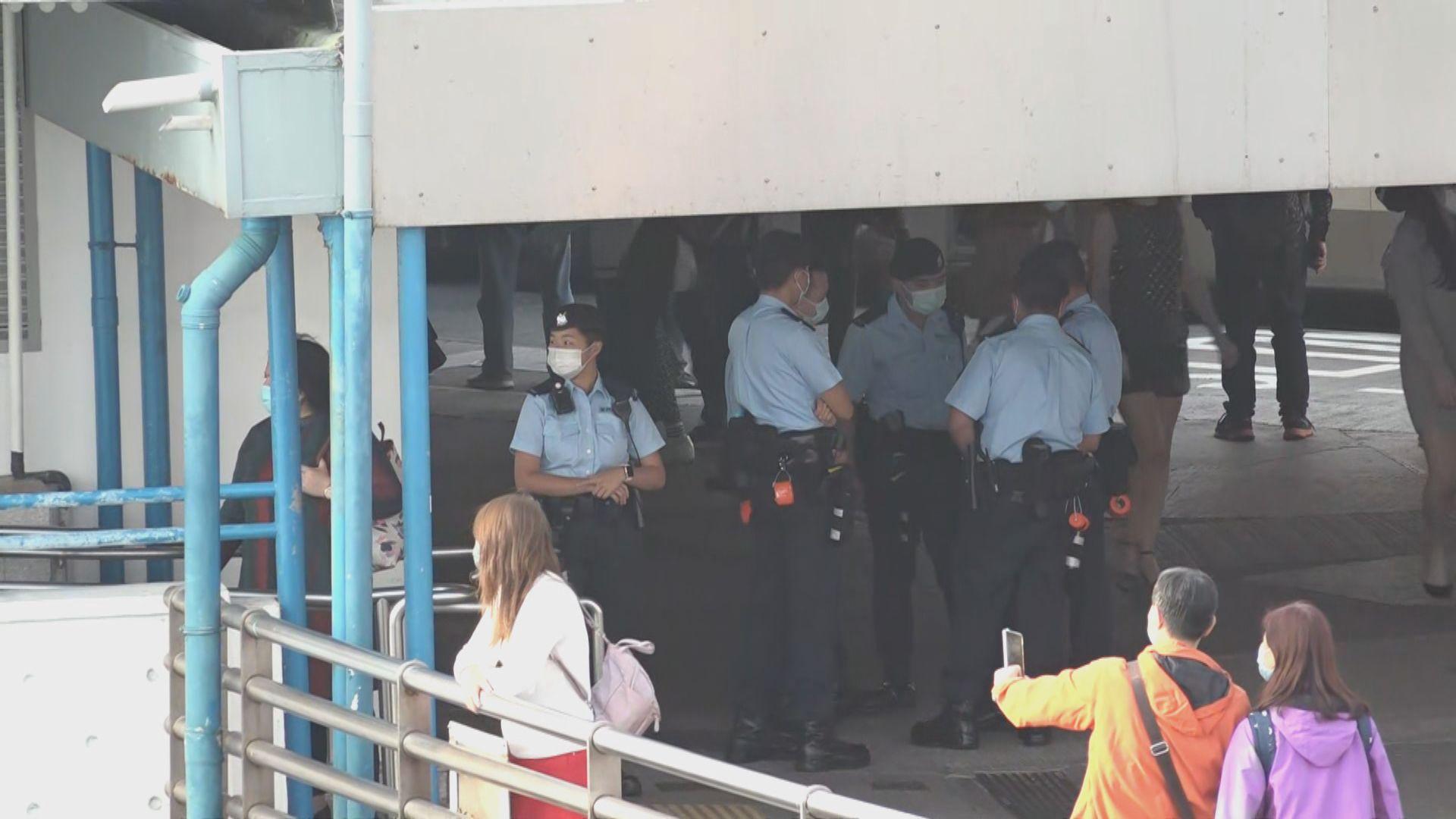 天星碼頭附近有警員在場戒備 架起鐵馬預備應付人流