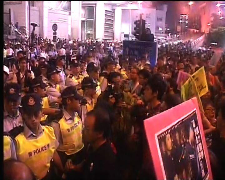 數百社工及市民佔據警察總部外