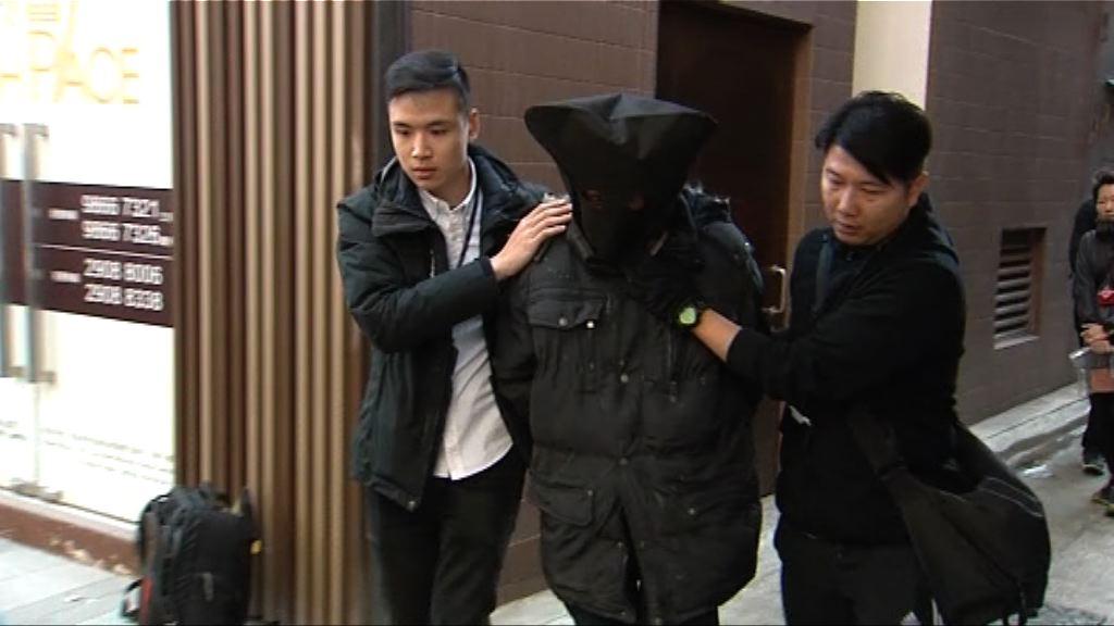 男子渉兩宗的士車內盜竊被捕