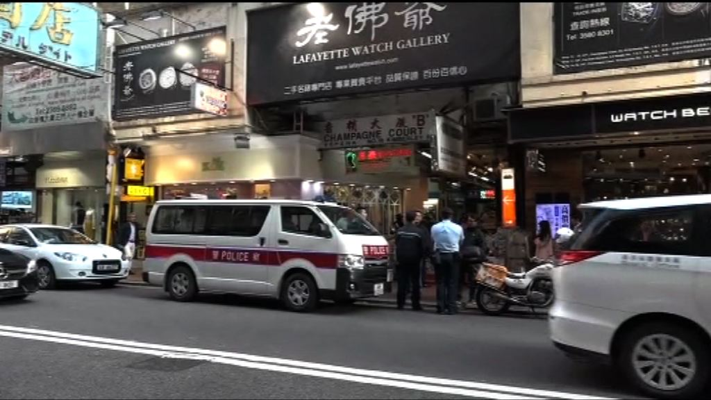 警方搜查香檳大廈拘兩男一女