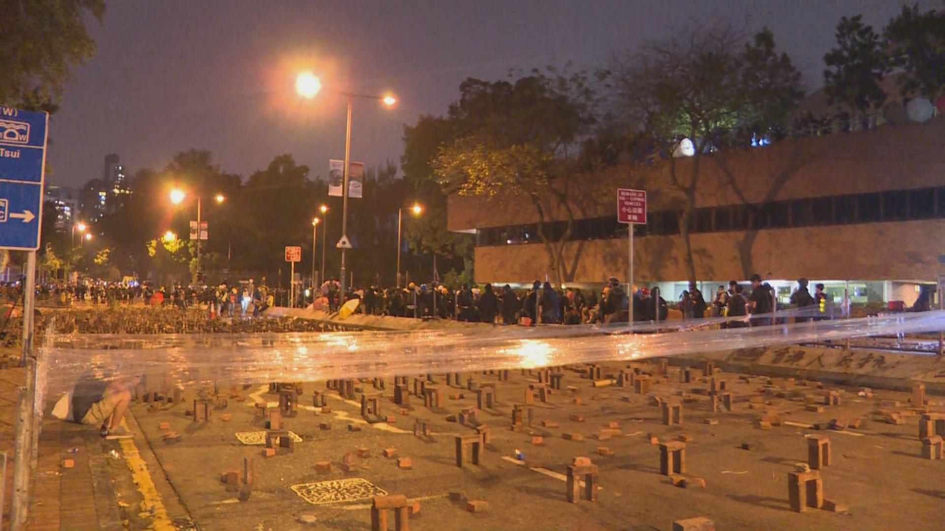 入夜後示威者繼續癱瘓主要交通幹道