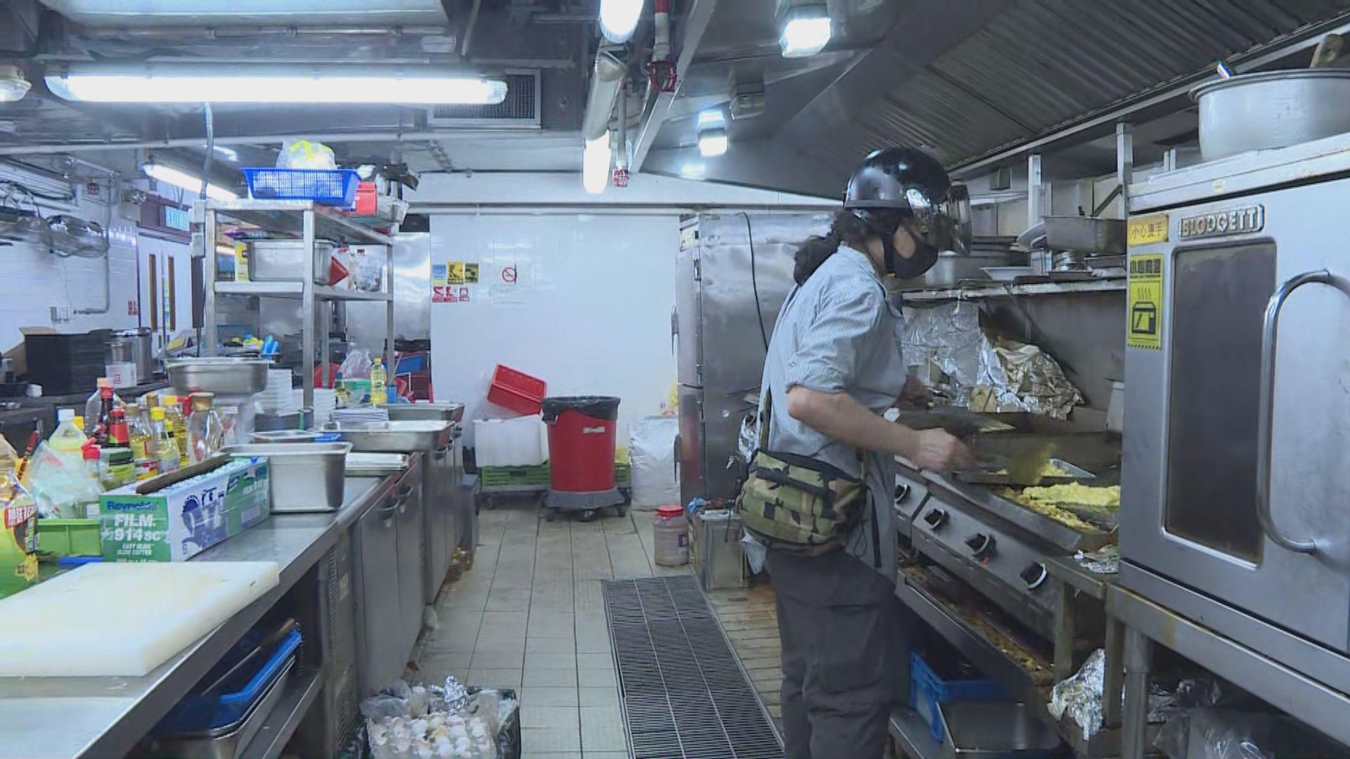 有中年人自願留在校為留守年輕人煮飯