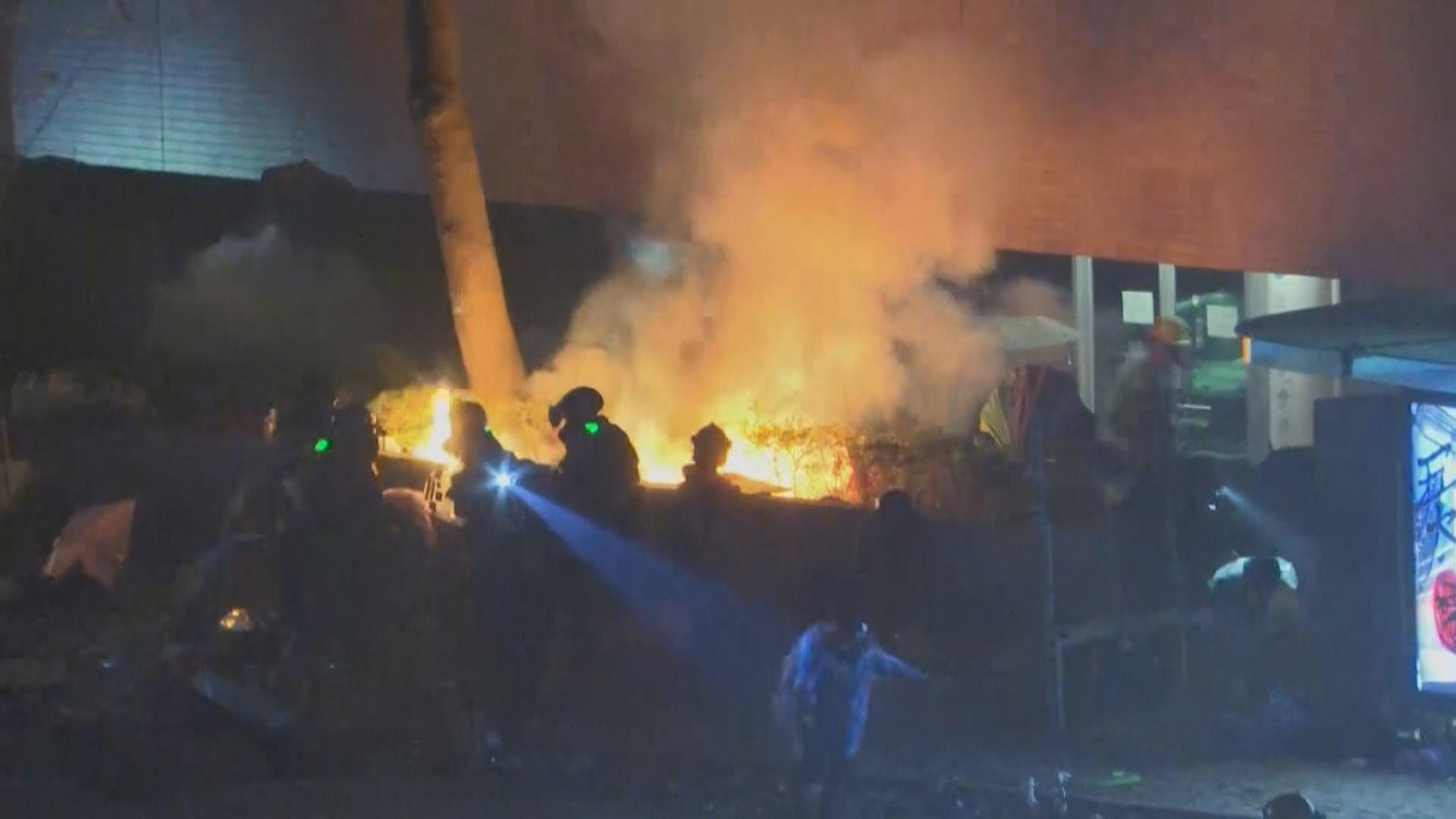 示威者放火還擊 理大正門火勢猛烈