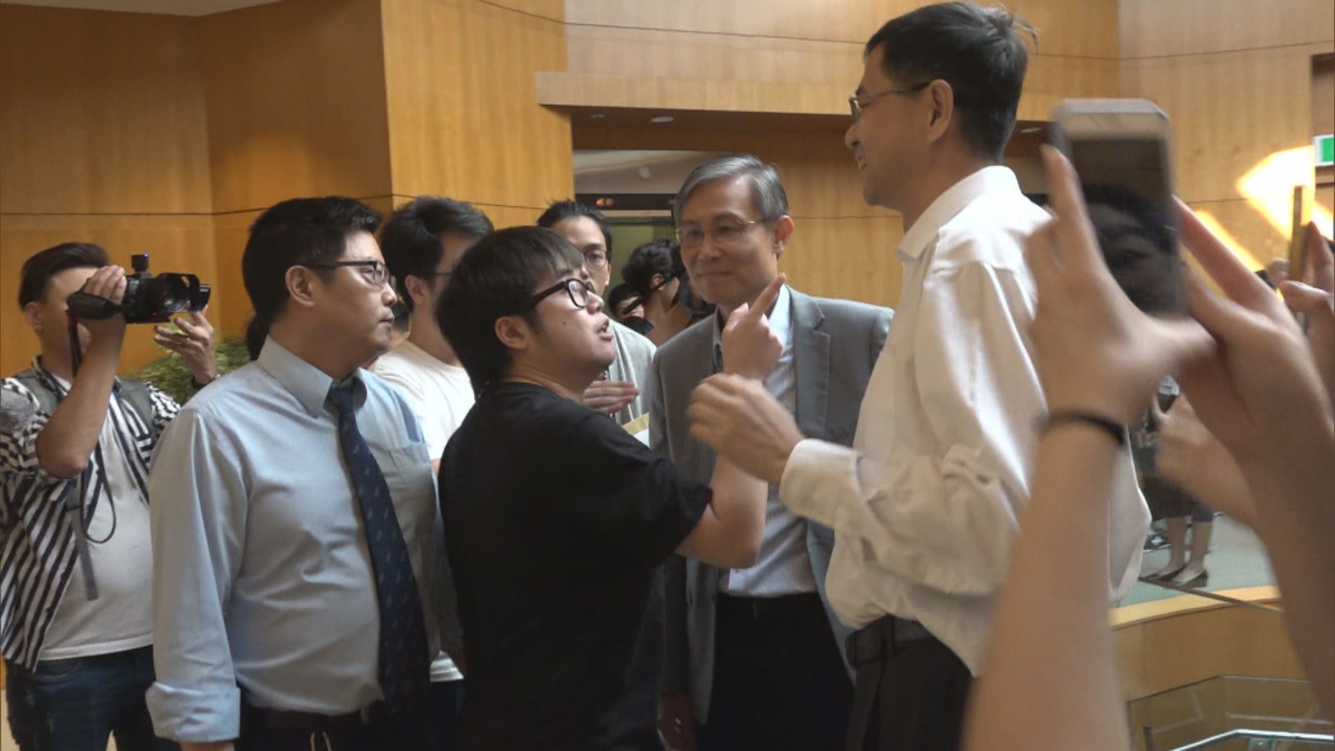 理大學生會就民主牆事件到校長室抗議