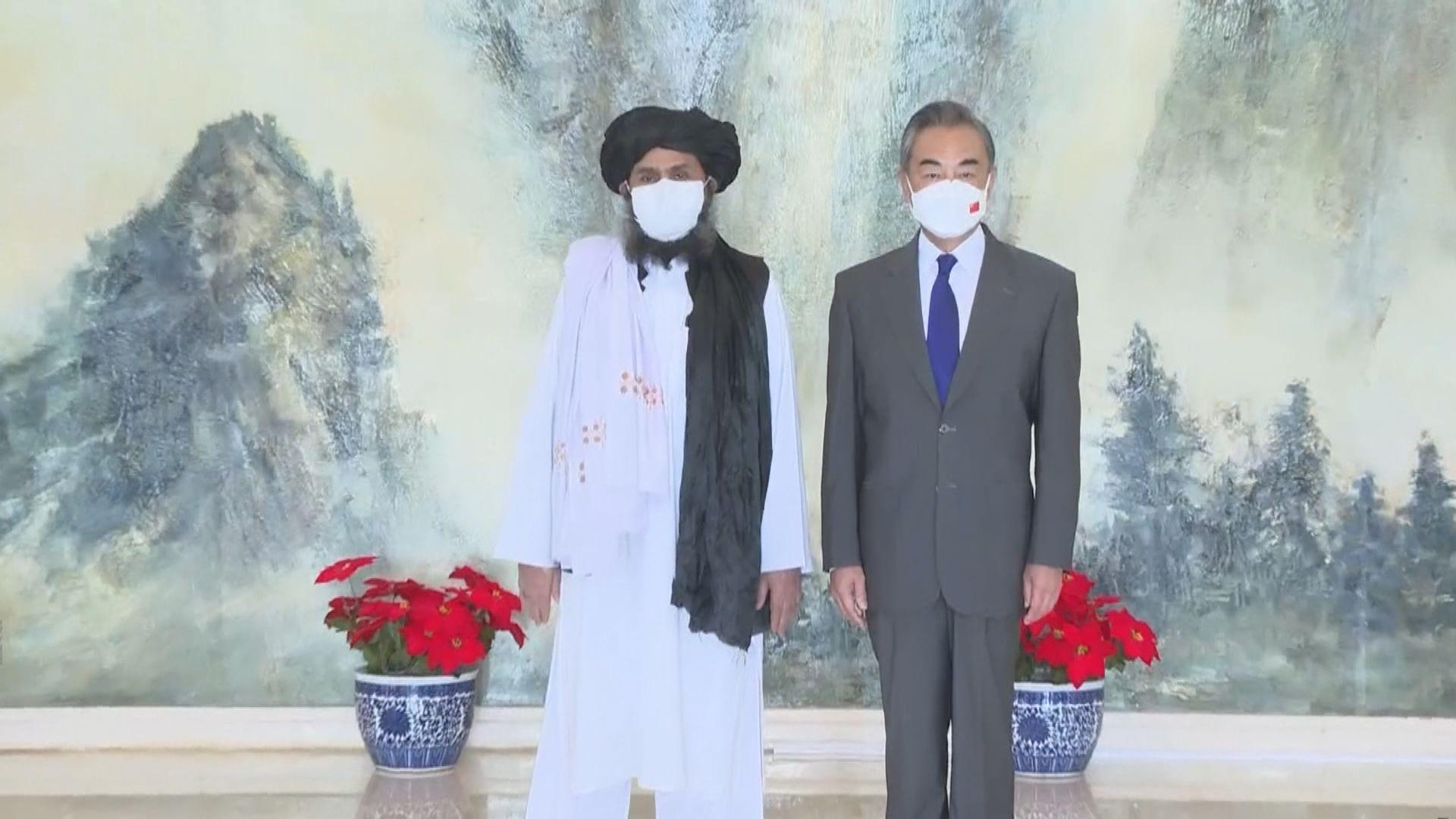 王毅到訪卡塔爾晤阿富汗塔利班臨時政府官員
