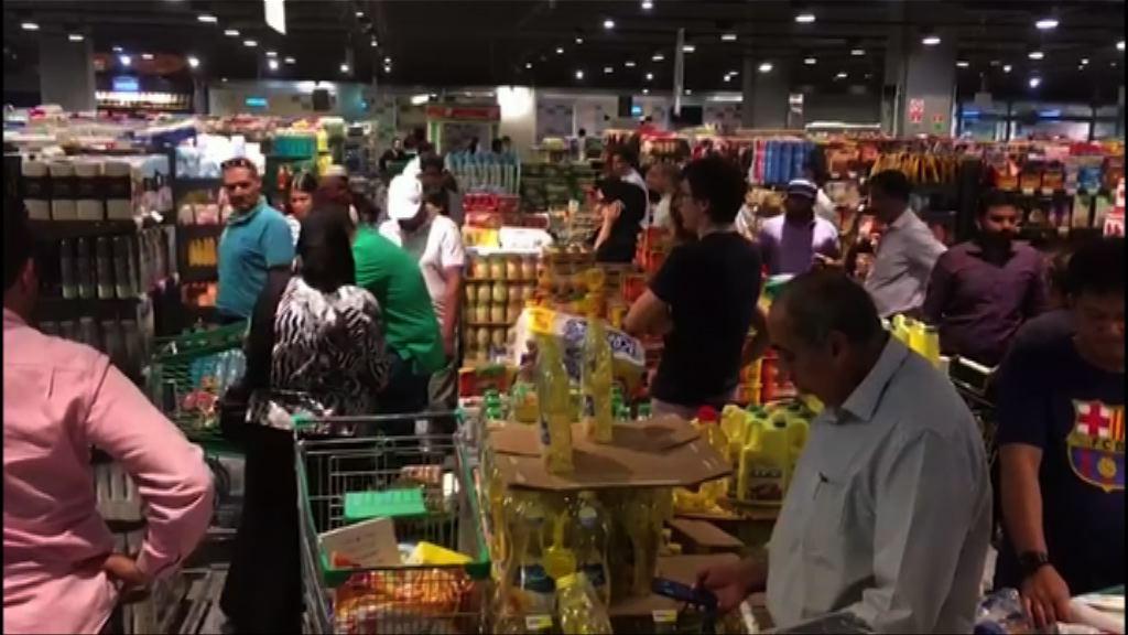 卡塔爾首都民眾到超市搶購物資