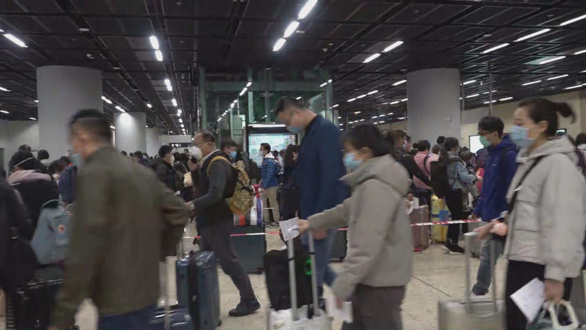 西九站封站前夕入境旅客大排長龍 當局加派人手量體溫