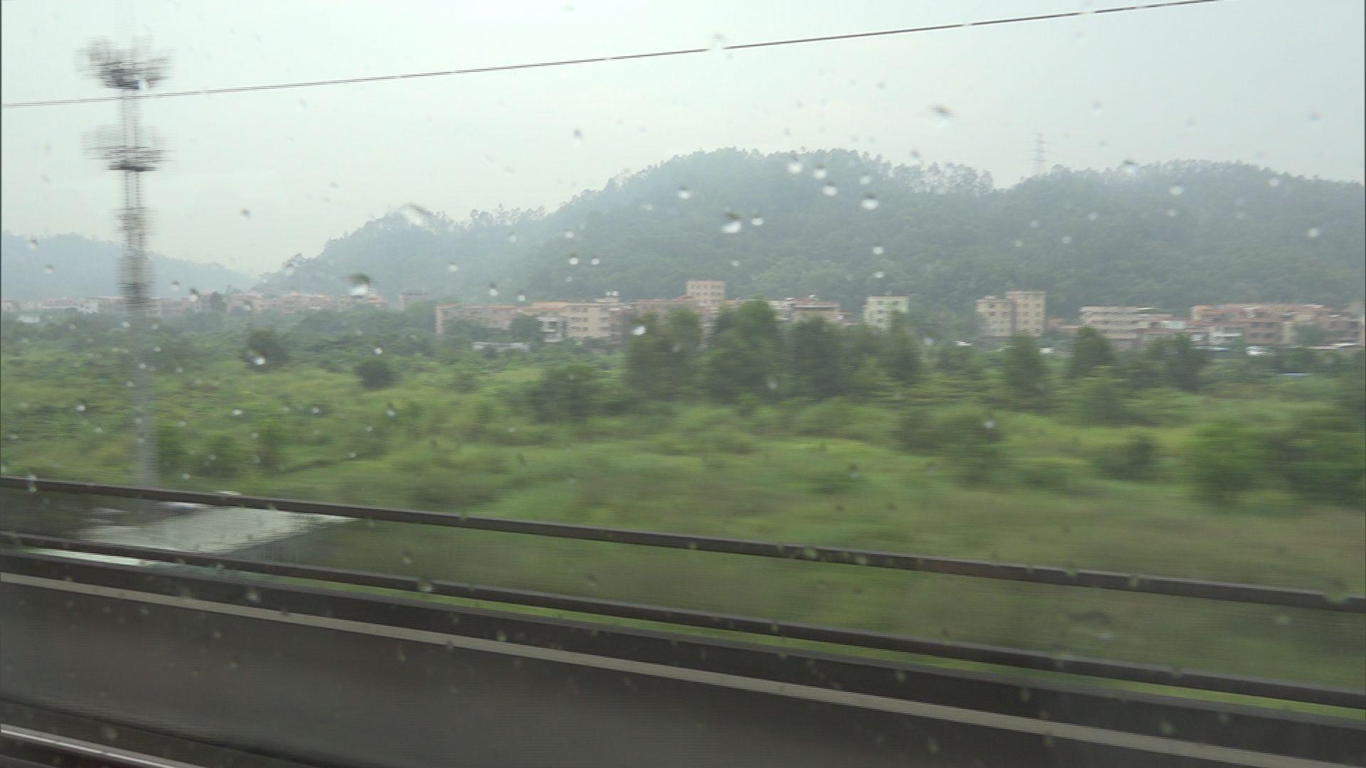 高鐵列車按內地要求減慢大雨下行車速度