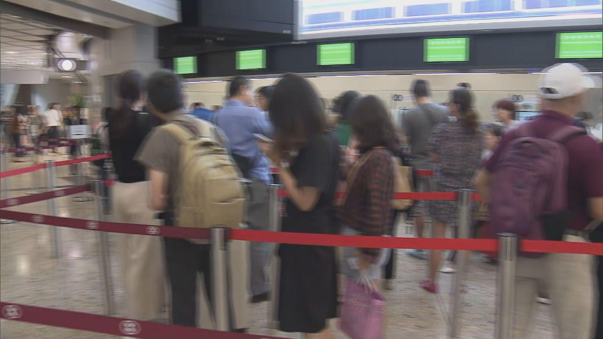 西九站內地段售票櫃位繼續排長龍