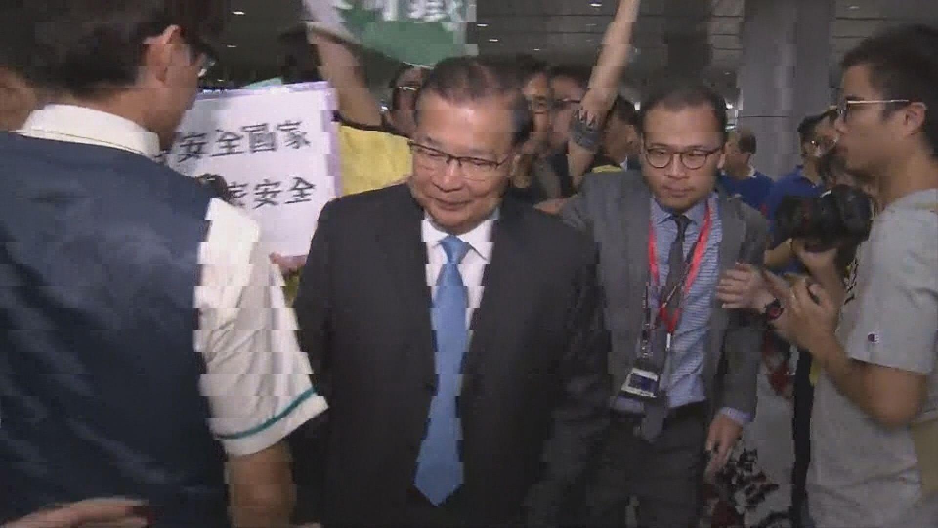 譚耀宗出席高鐵開通儀式時被示威者包圍