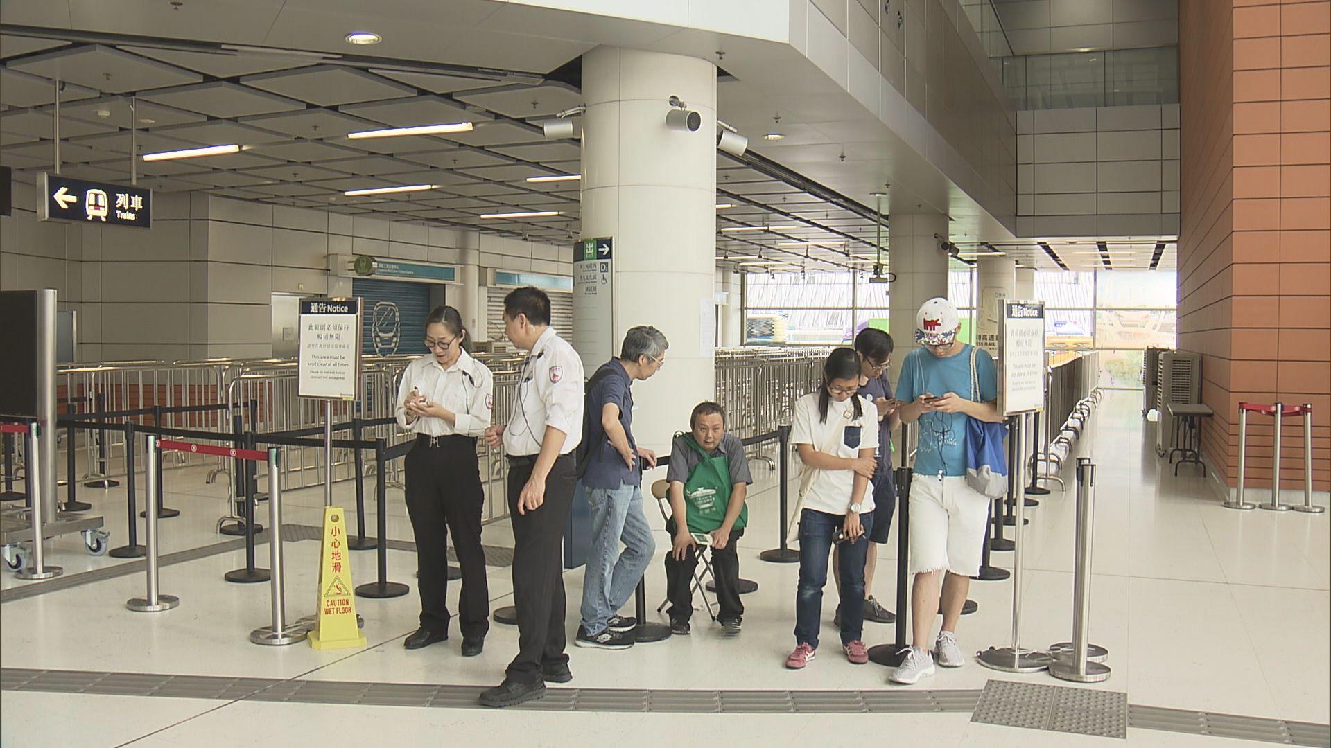 有市民排隊輪候購買高鐵香港段車票