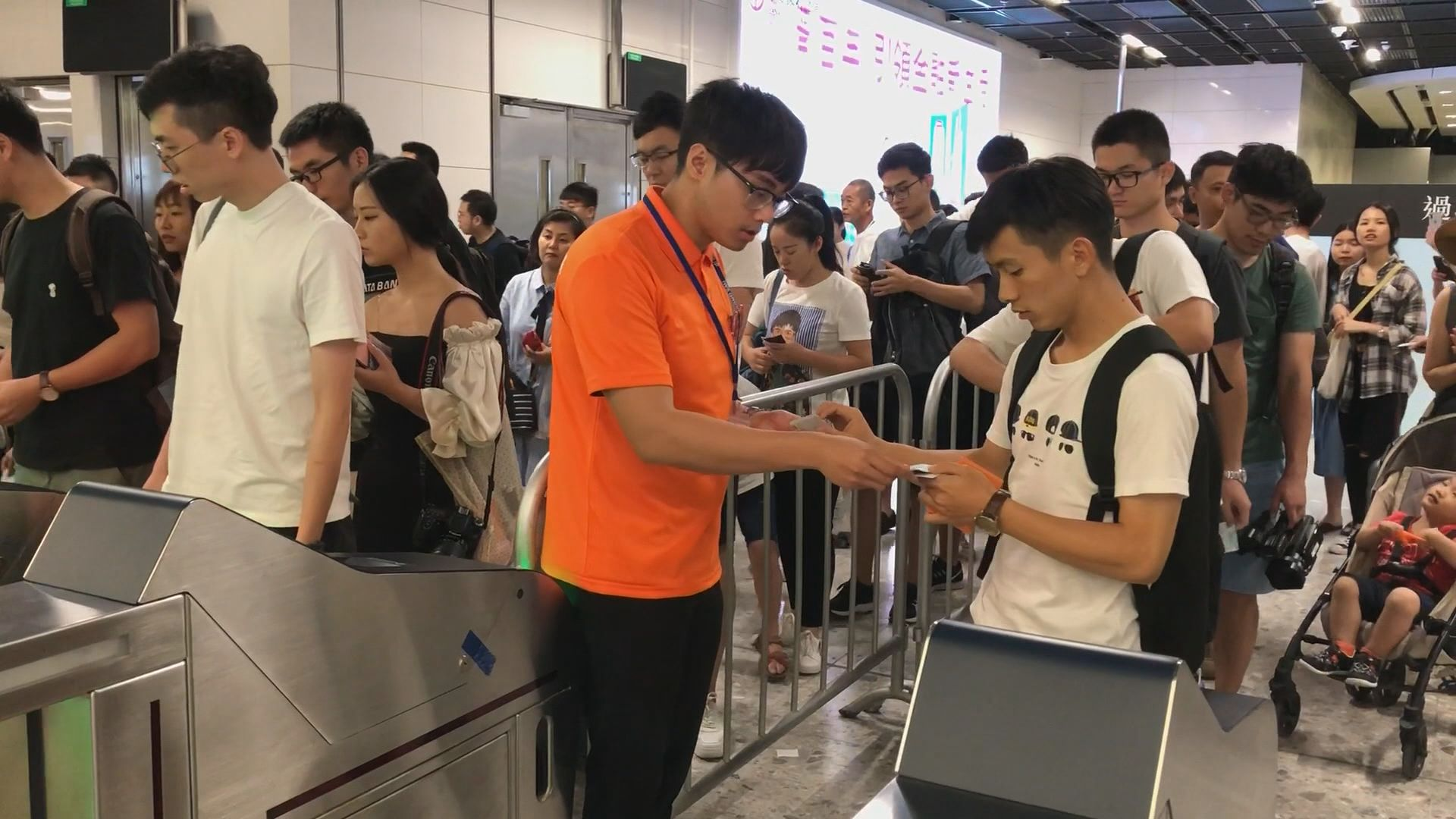 部分高鐵乘客持票不能出閘需人手驗票