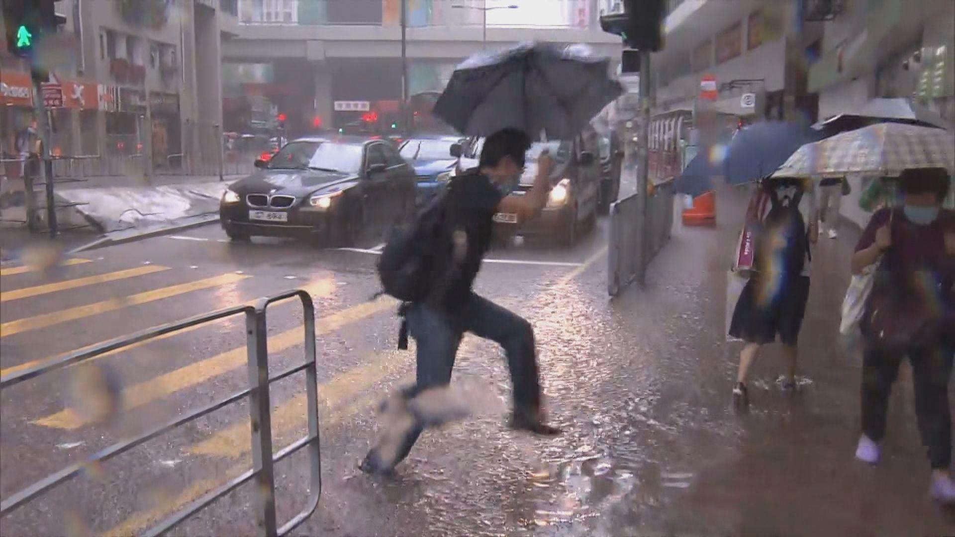 紅色暴雨警告一度生效 西九龍有馬路輕微水浸