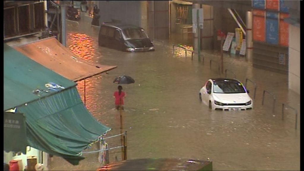 黑雨警告下多處水浸影響交通