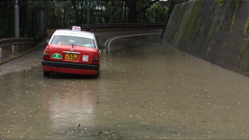 大雨下多區水浸 有的士拋錨